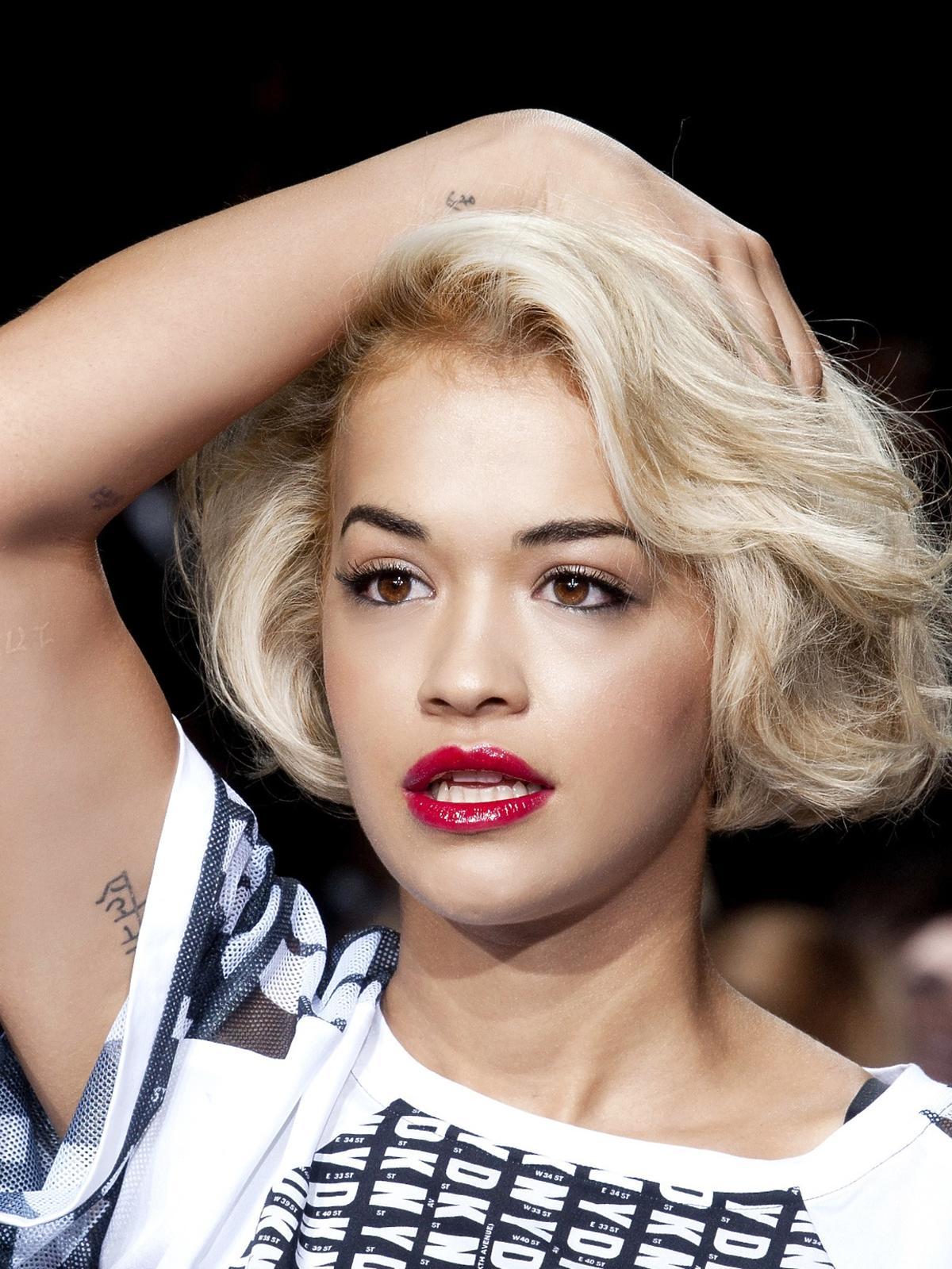 Krótka fryzura na wakacje 2014, DKNY