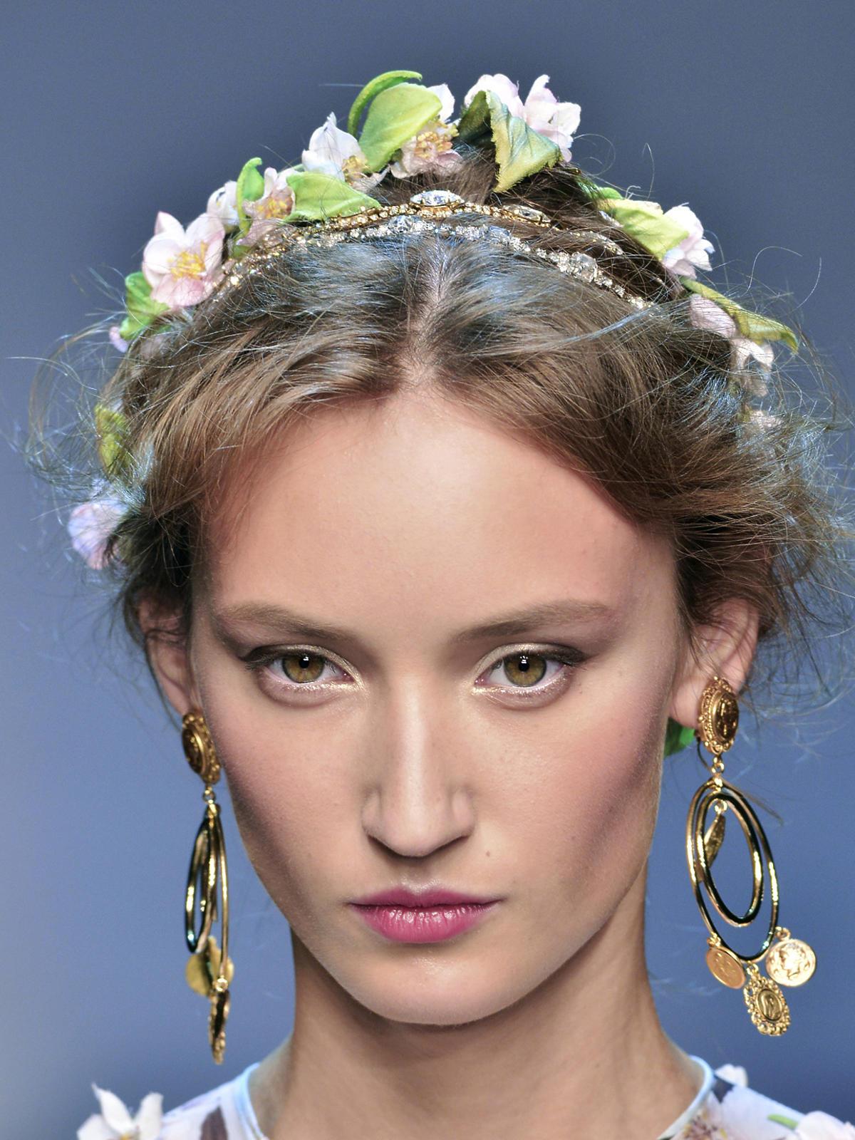 Fryzura z ozdobną opaską na wiosnę 2014, Dolce&Gabbana