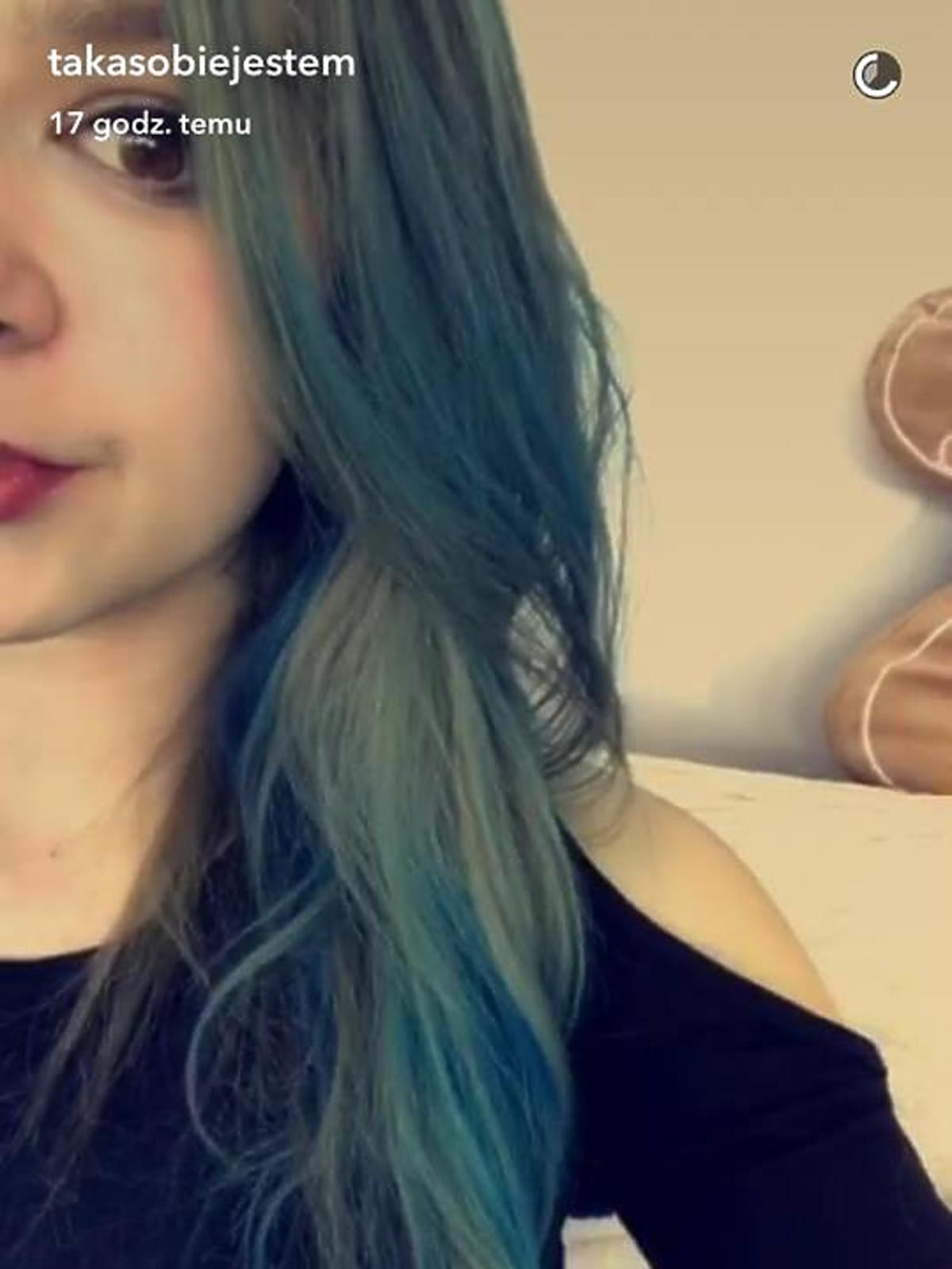 Julia Wróblewska w niebieskich włosach