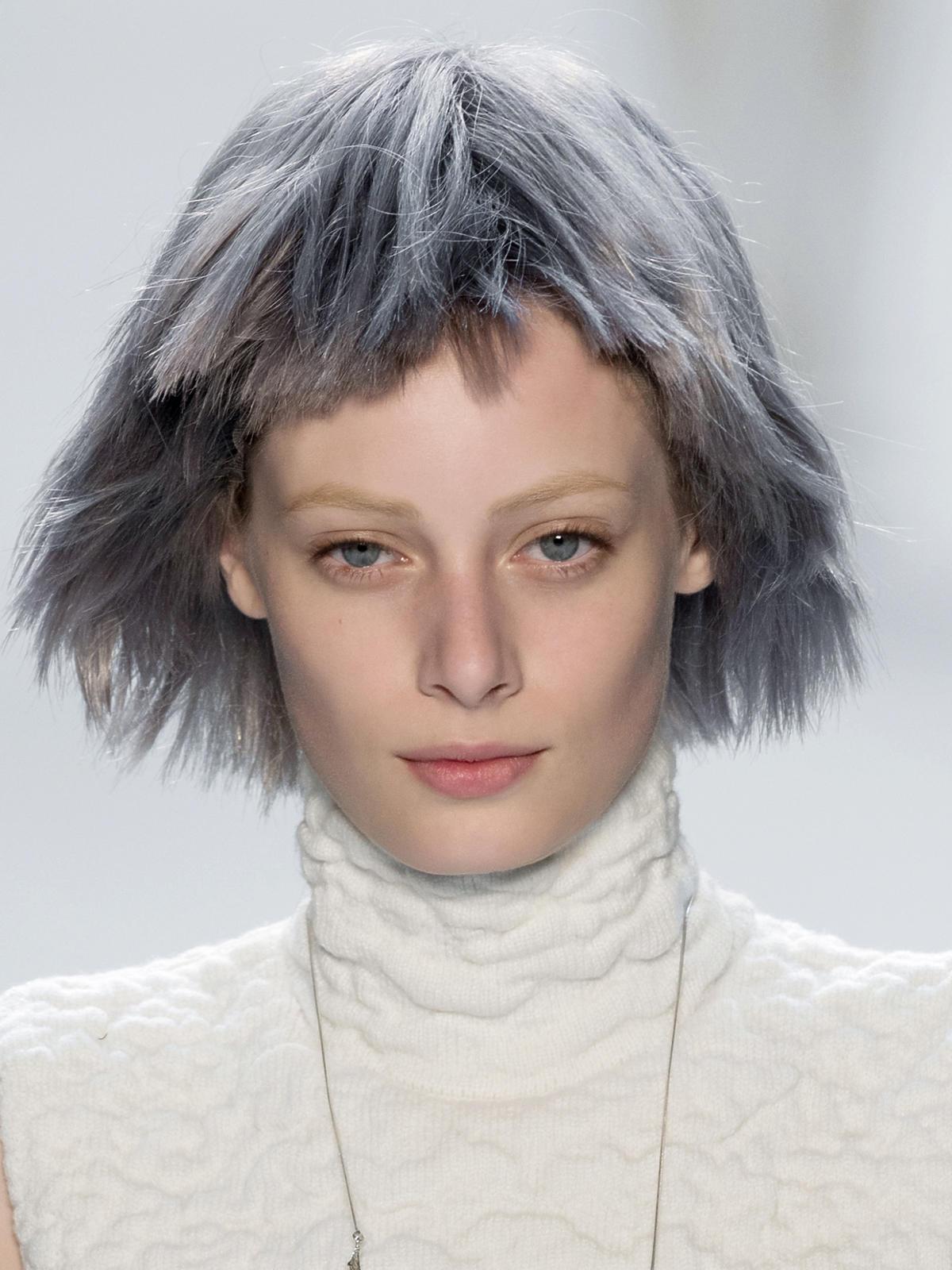 Szare włosy Akris - trendy we fryzurach na jesień 2015