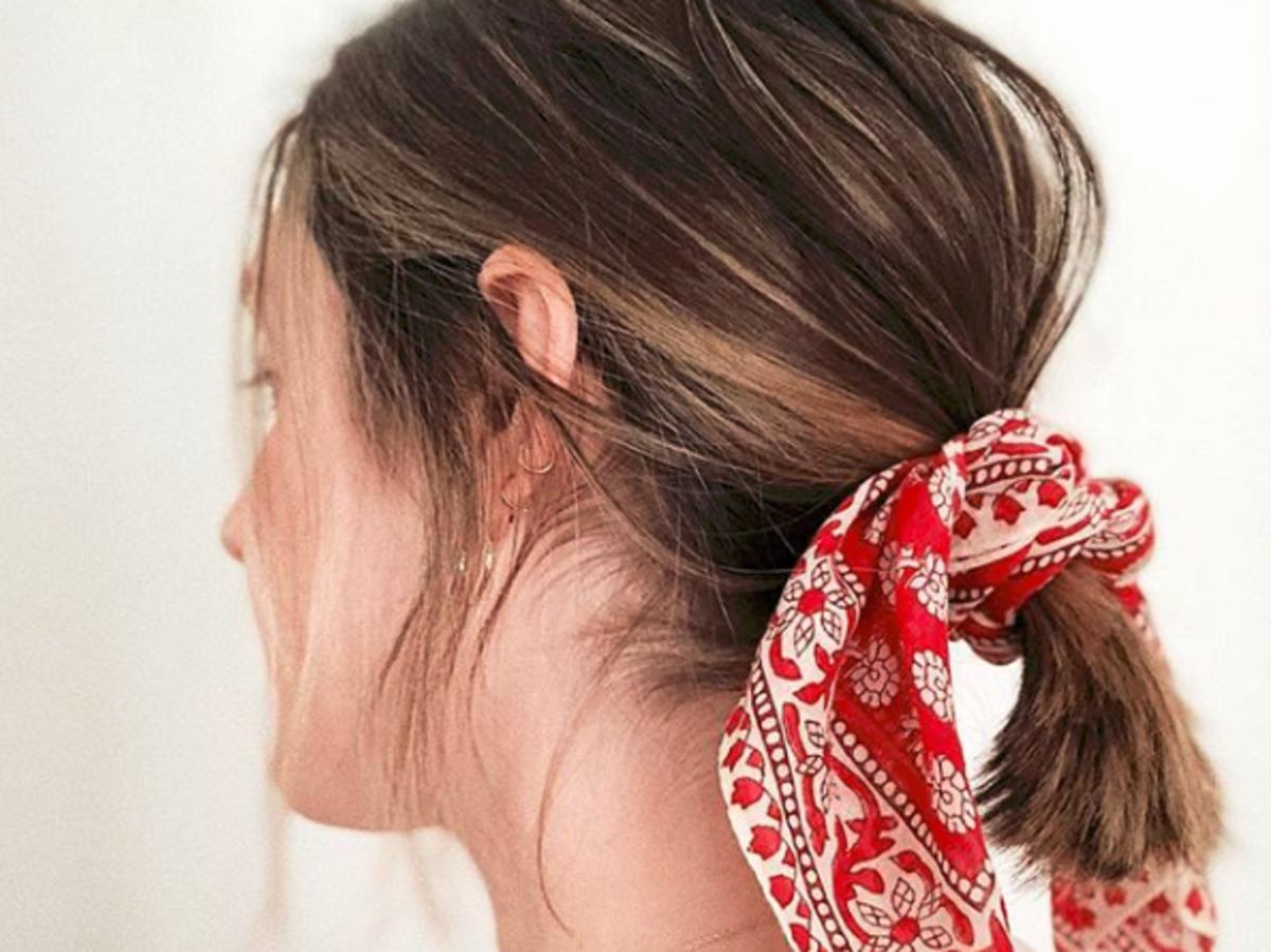 Festiwalowa fryzura z apaszką we włosach