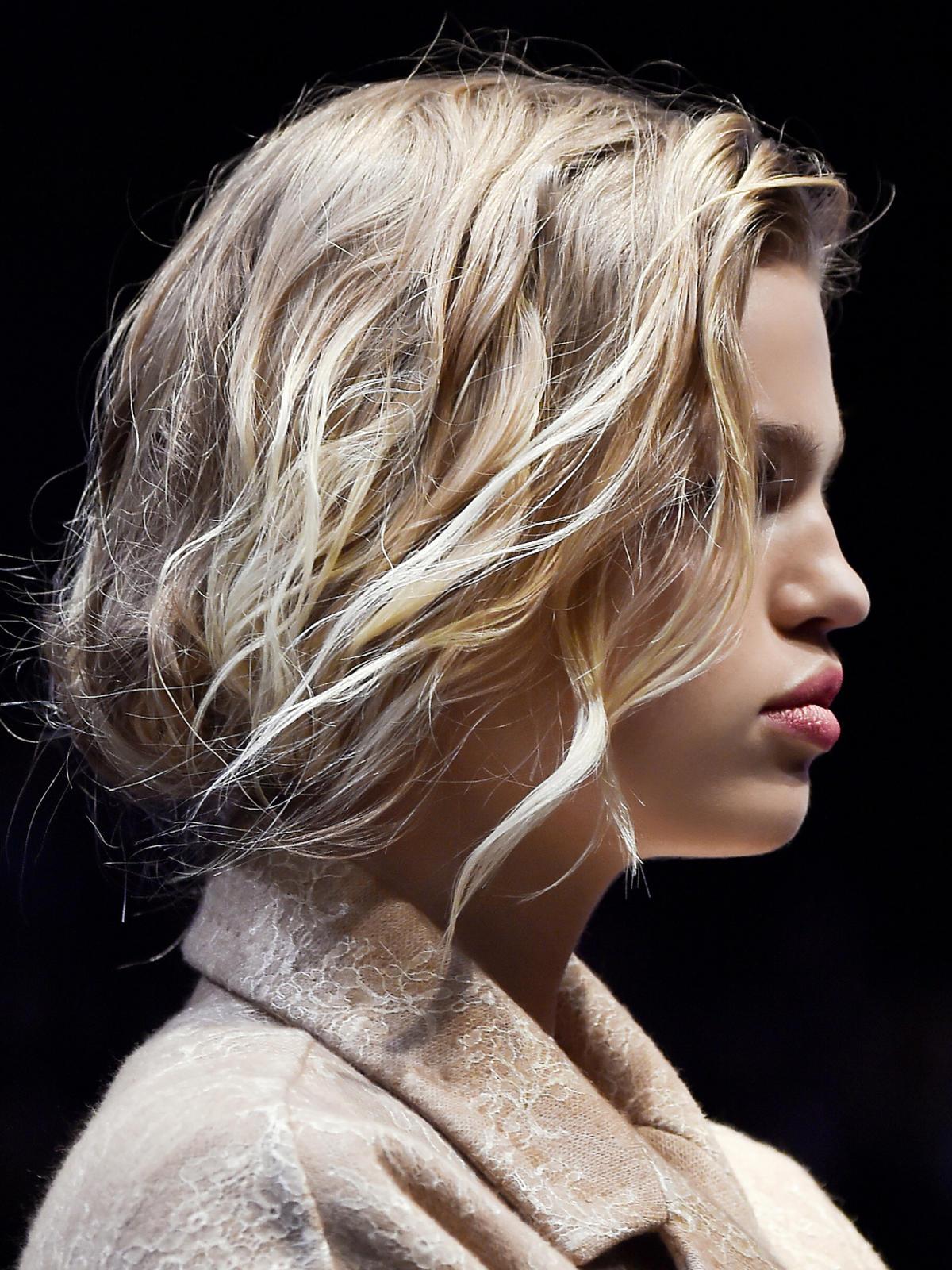 Pofalowane włosy Max Mara - trendy we fryzurach na jesień 2015