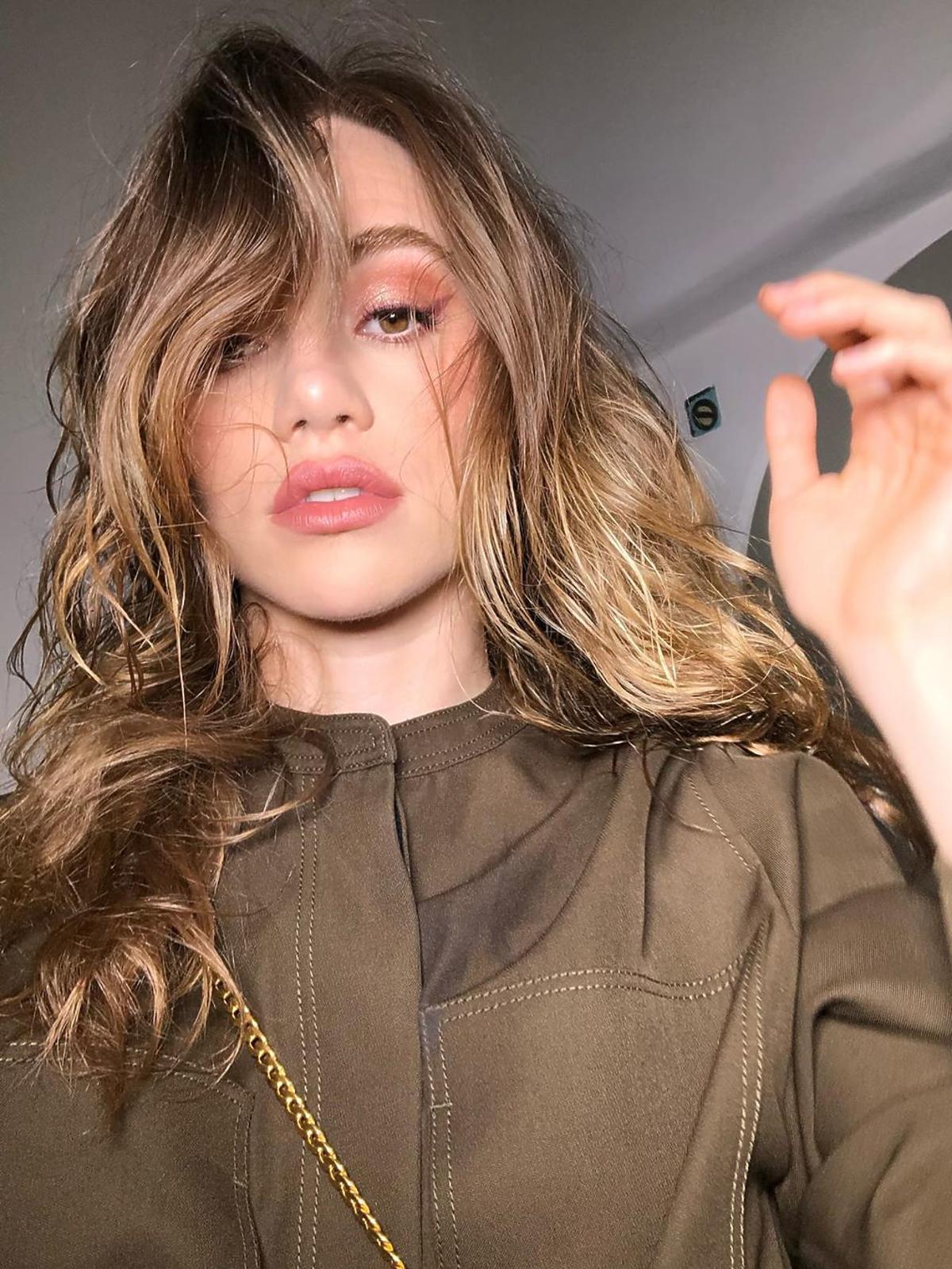 Modne fryzury: side swept bangs z falami
