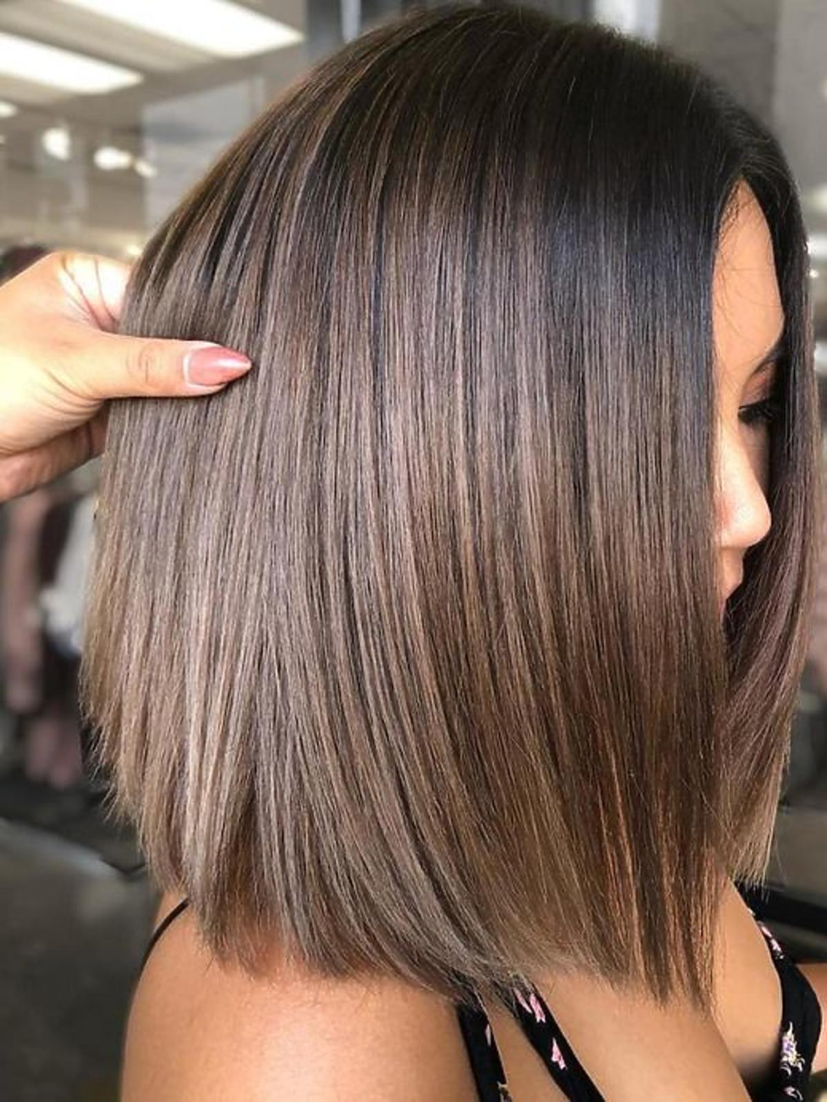 Modne fryzury - midi bob z refleksami