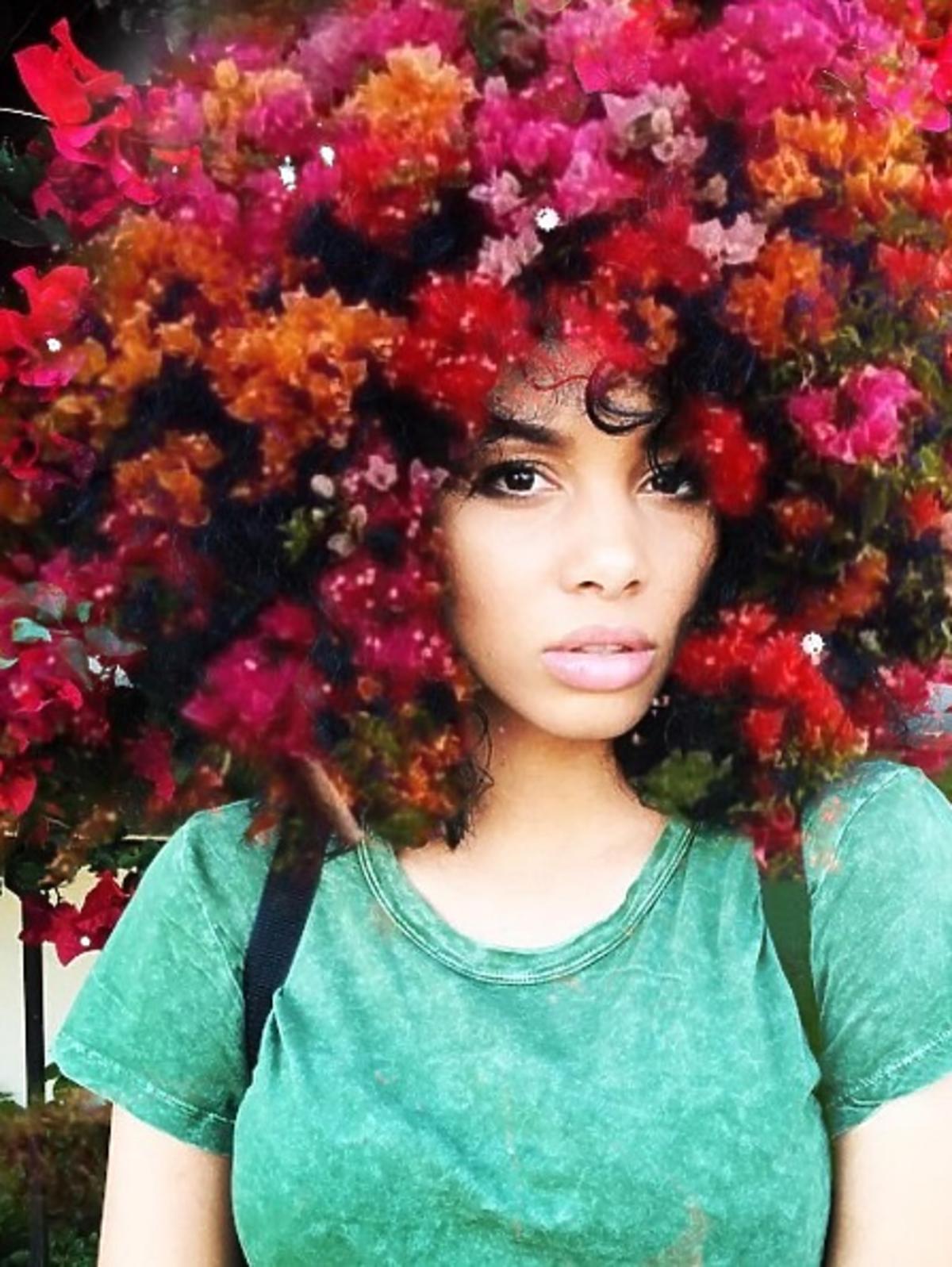 Piękne portrety czarnoskórych kobiet z kwiecistymi galaktykami na włosach