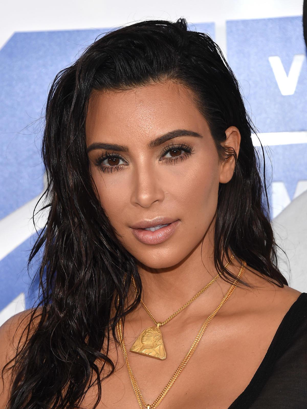 Mokre włosy w stylu Kim Kardashian