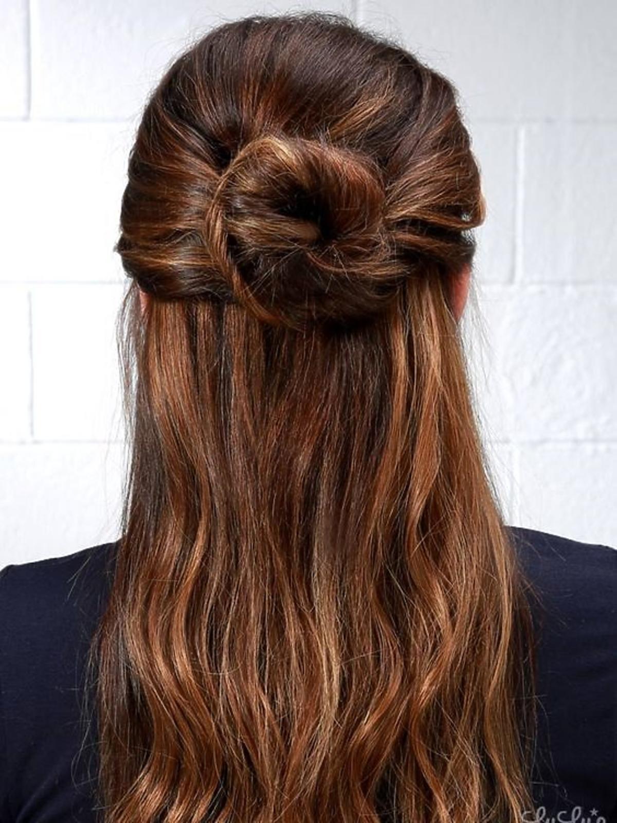 Half-up bun, czyli koczek plus rozpuszczone włosy