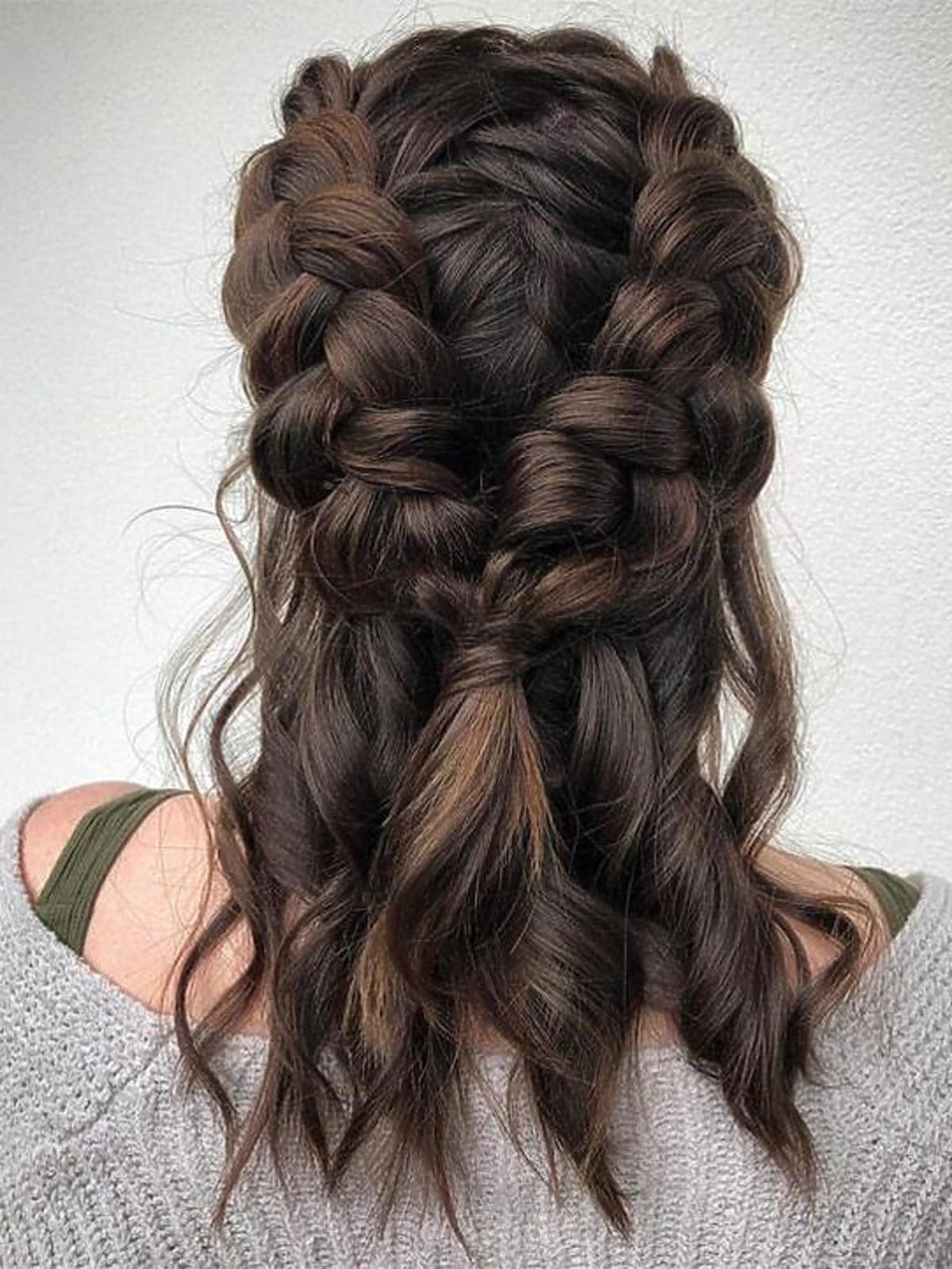 Warkocz - fryzura na kręconych włosach