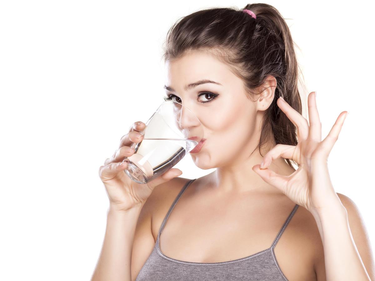 Ile pić wody, gdy chcesz schudnąć? Rola wody w odchudzaniu