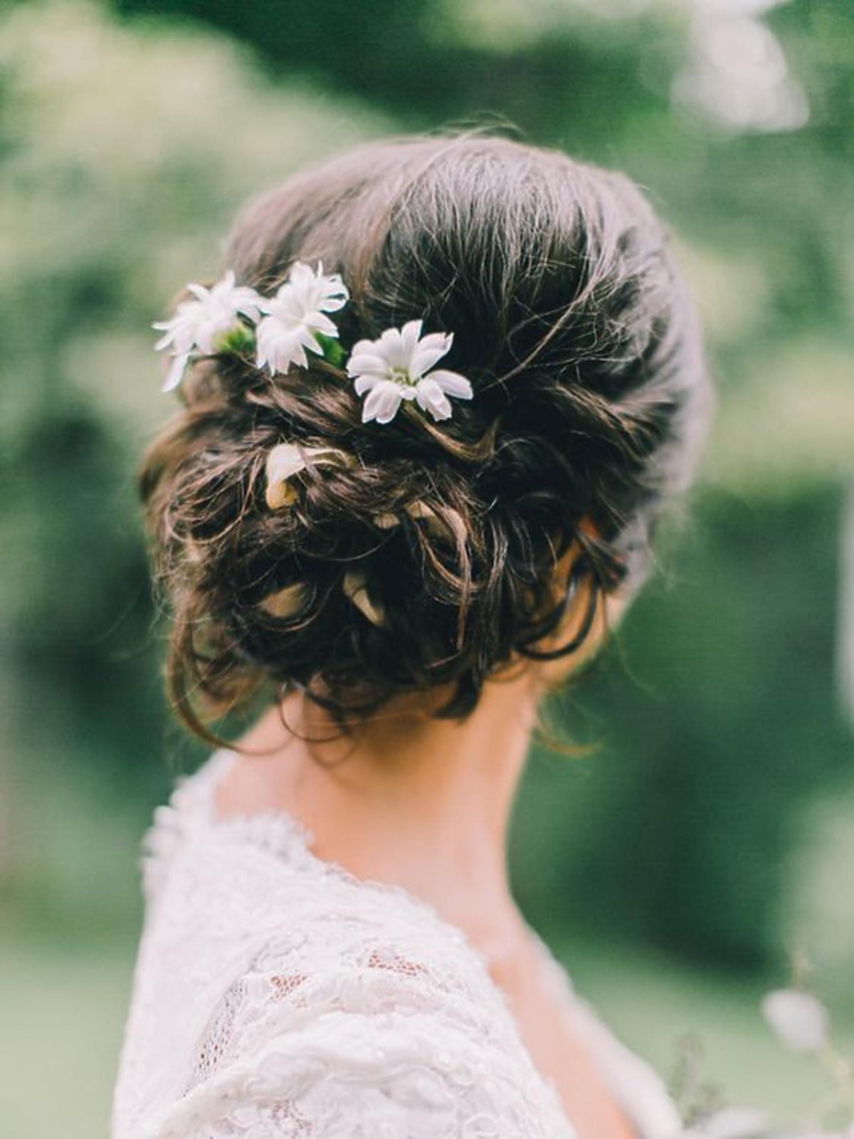 Fryzura z kwiatami we włosach