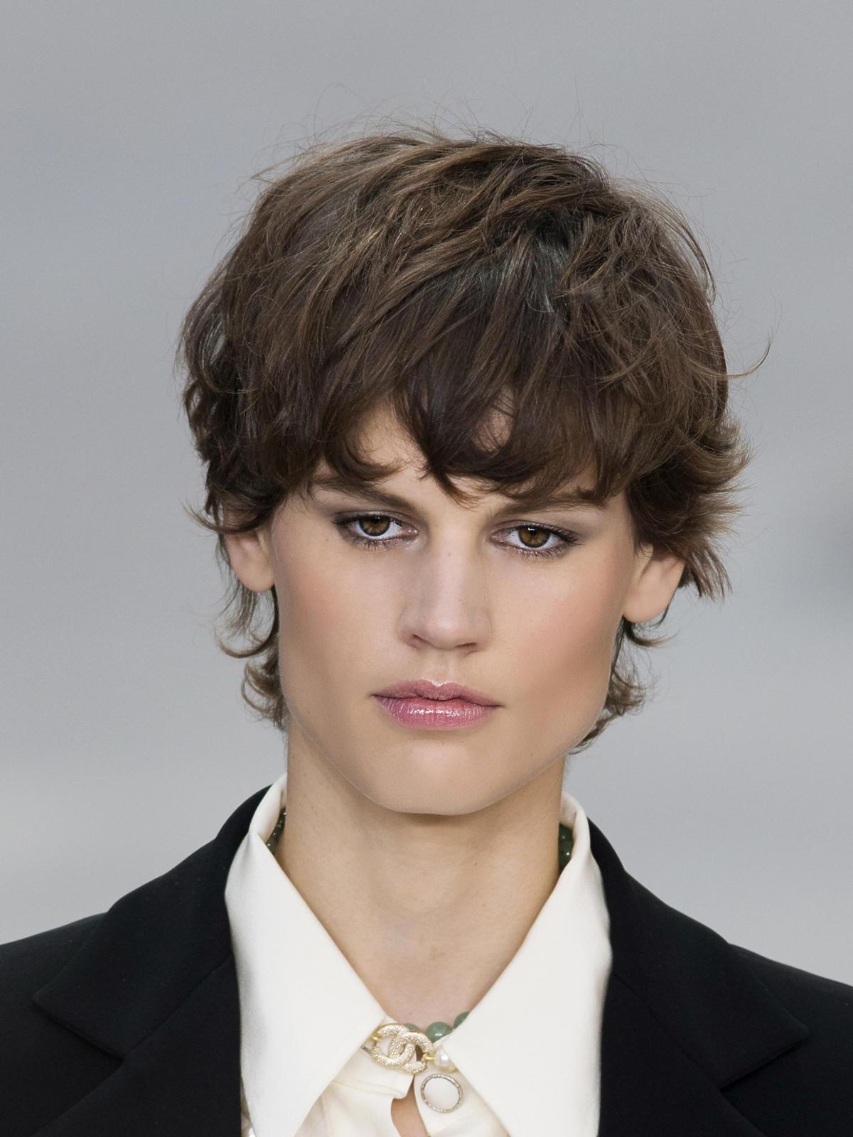 Krótkie, ciemne włosy na wiosnę 2015, Chanel