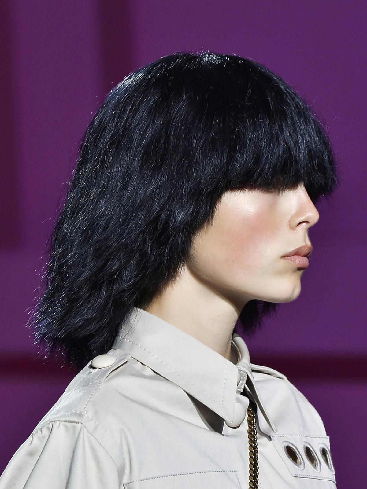 Półdługie włosy z gęstą grzywką na wiosnę 2015, Marc Jacobs