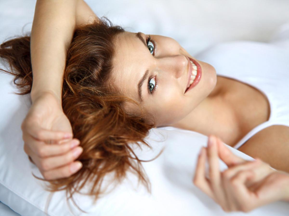 Śpij z włosami przerzuconymi przez poduszkę