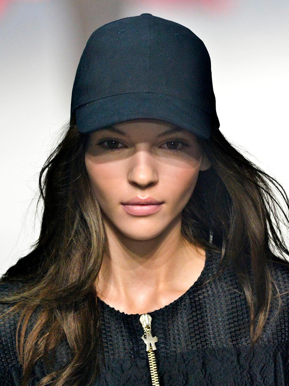 Stylizacja z czapką z daszkiem na wakacje 2014, Moncler