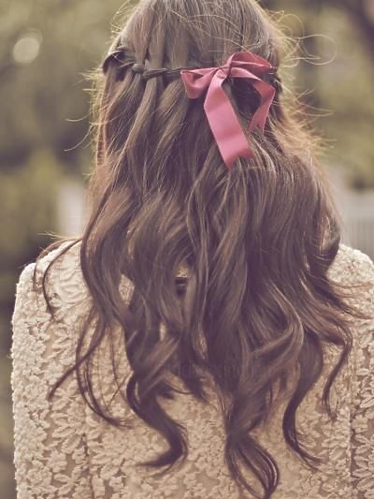 Romantyczna fryzura z kokardą i pofalowanymi włosami