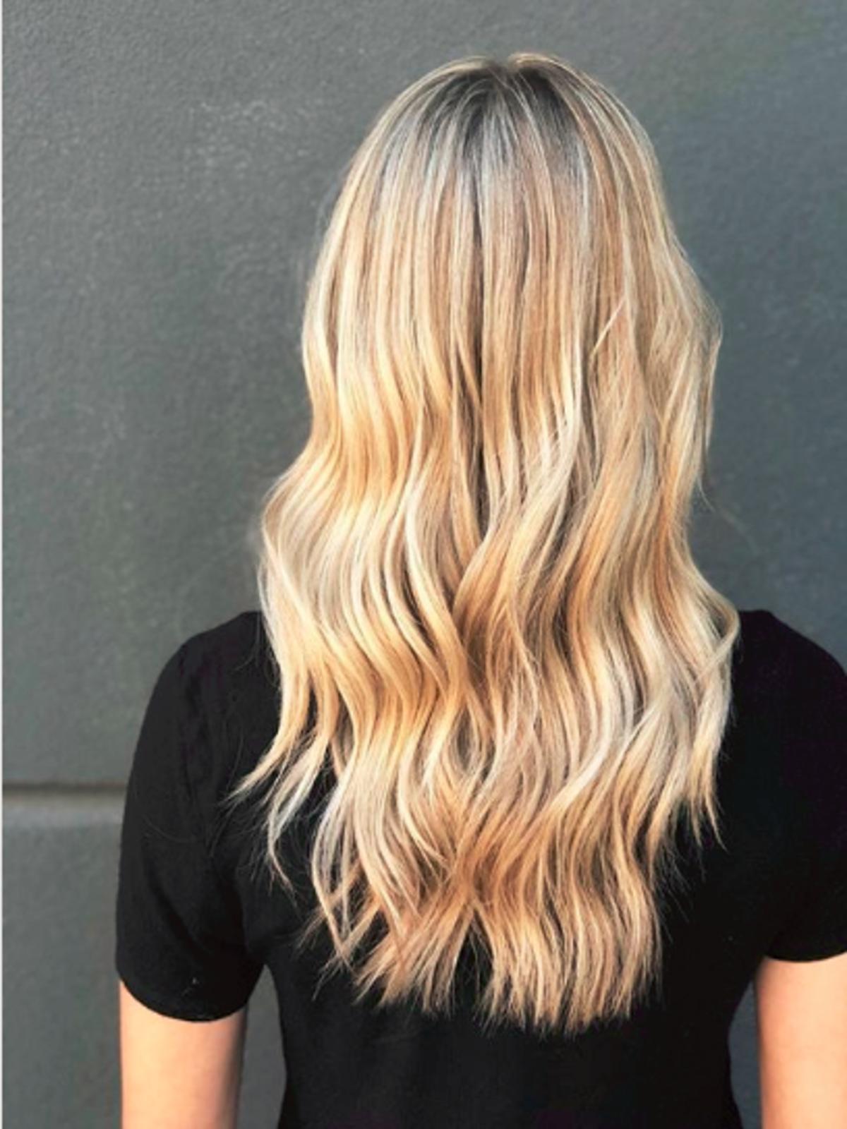 Efekt farbowania włosów techniką strandlights