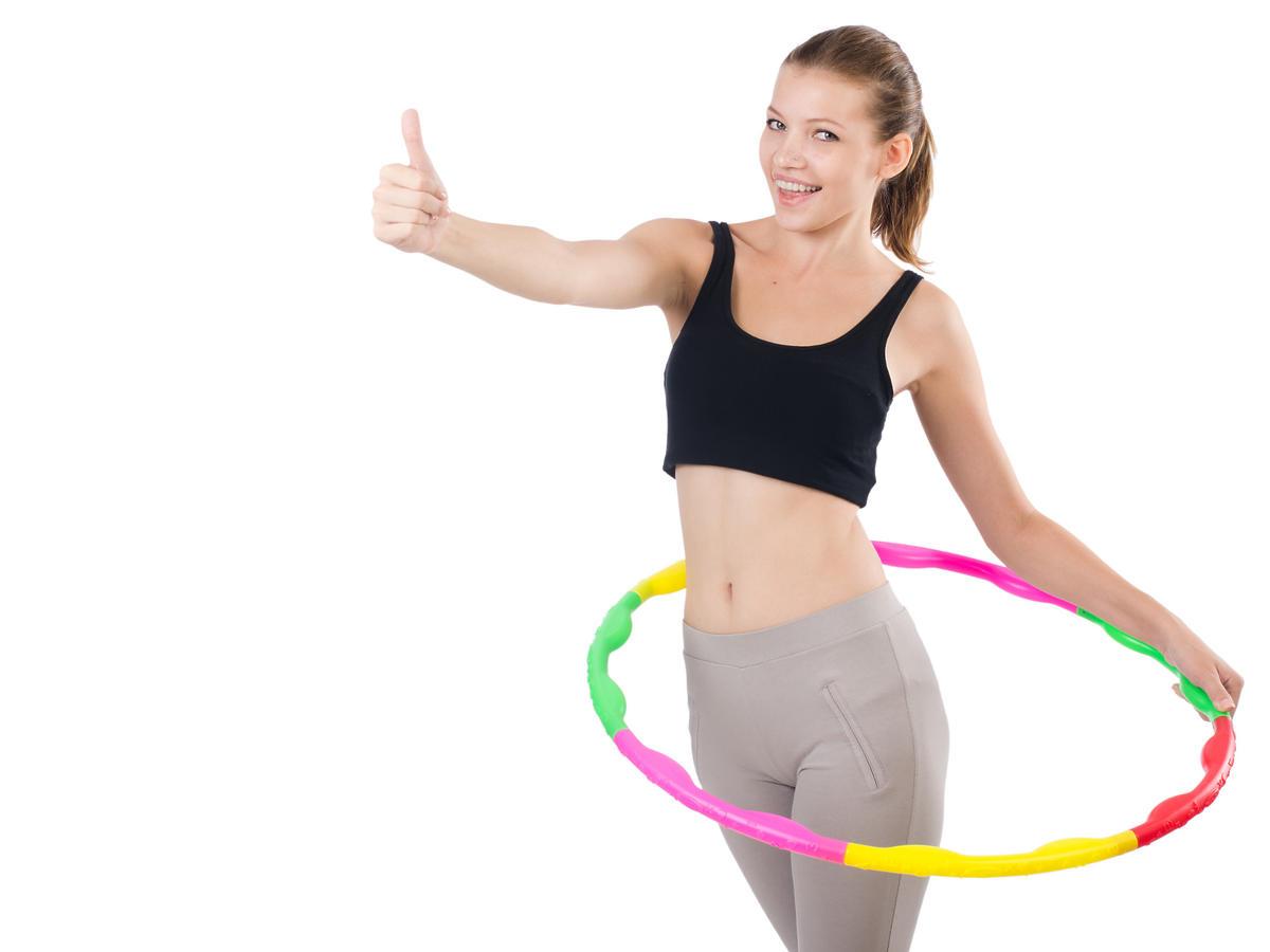 Hula-hoop na mięśnie brzucha i talię: jak ćwiczyć, żeby schudnąć?
