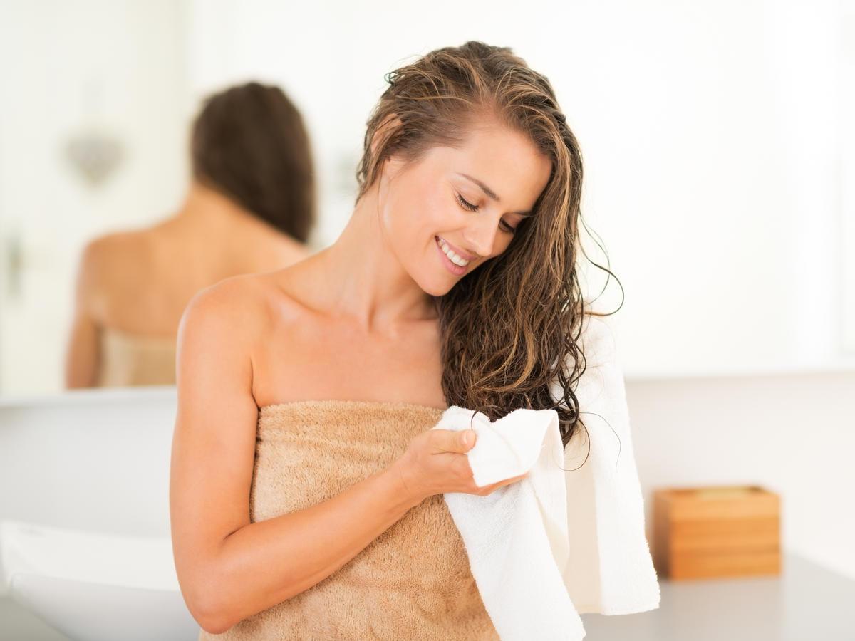 Wycierasz włosy ręcznikiem