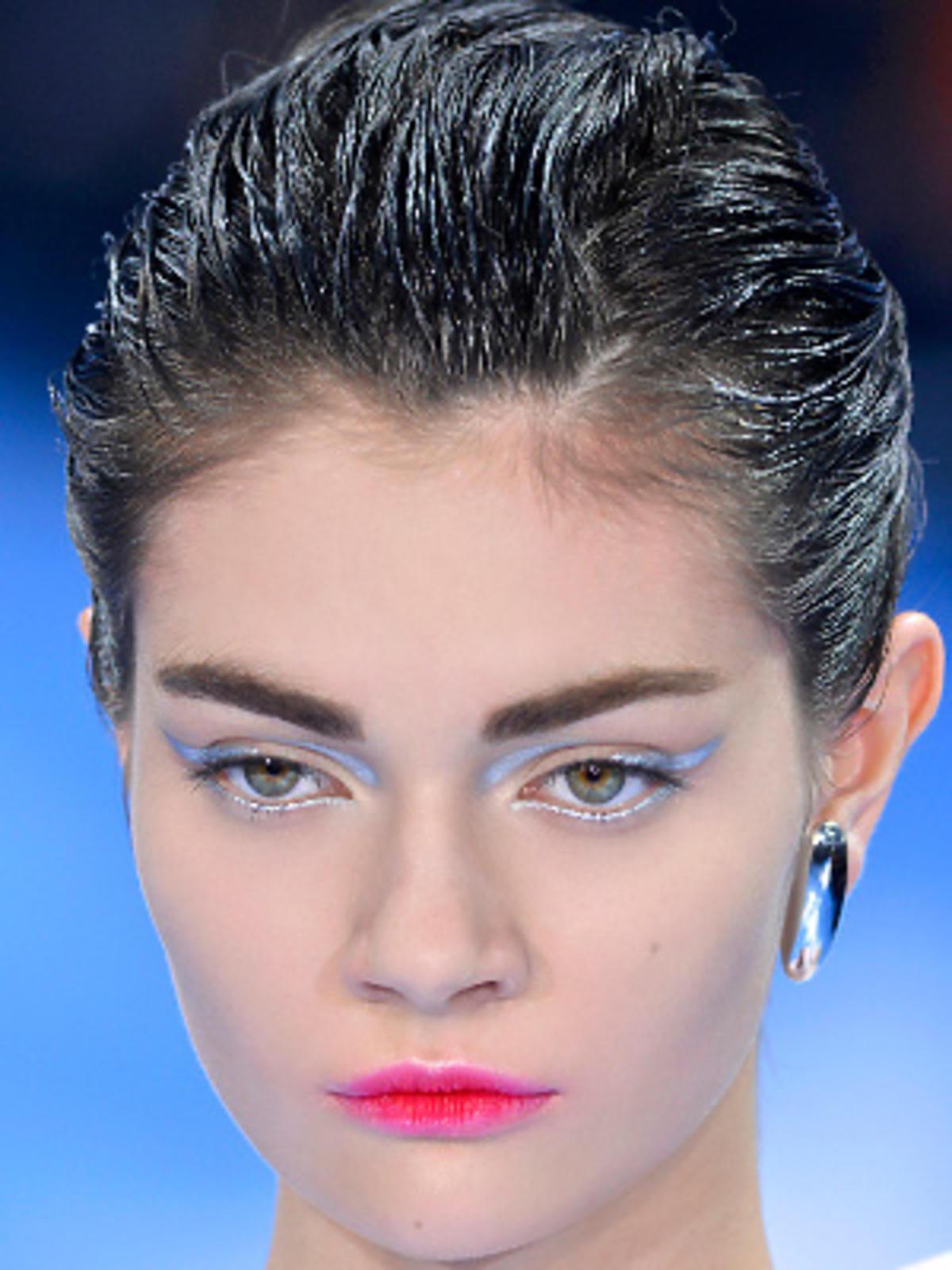 Dior - włosy zaczesane do tyłu z efektem wet look