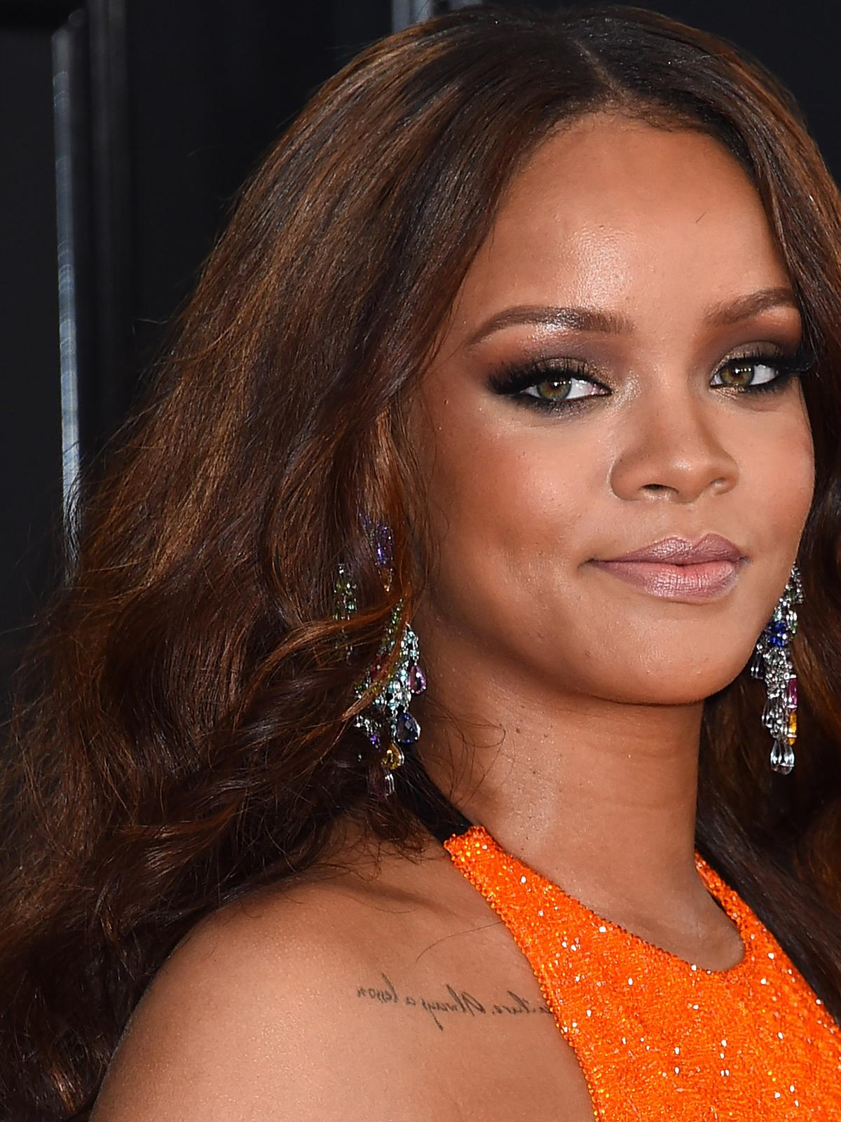 Rihanna w kasztanowych włosach