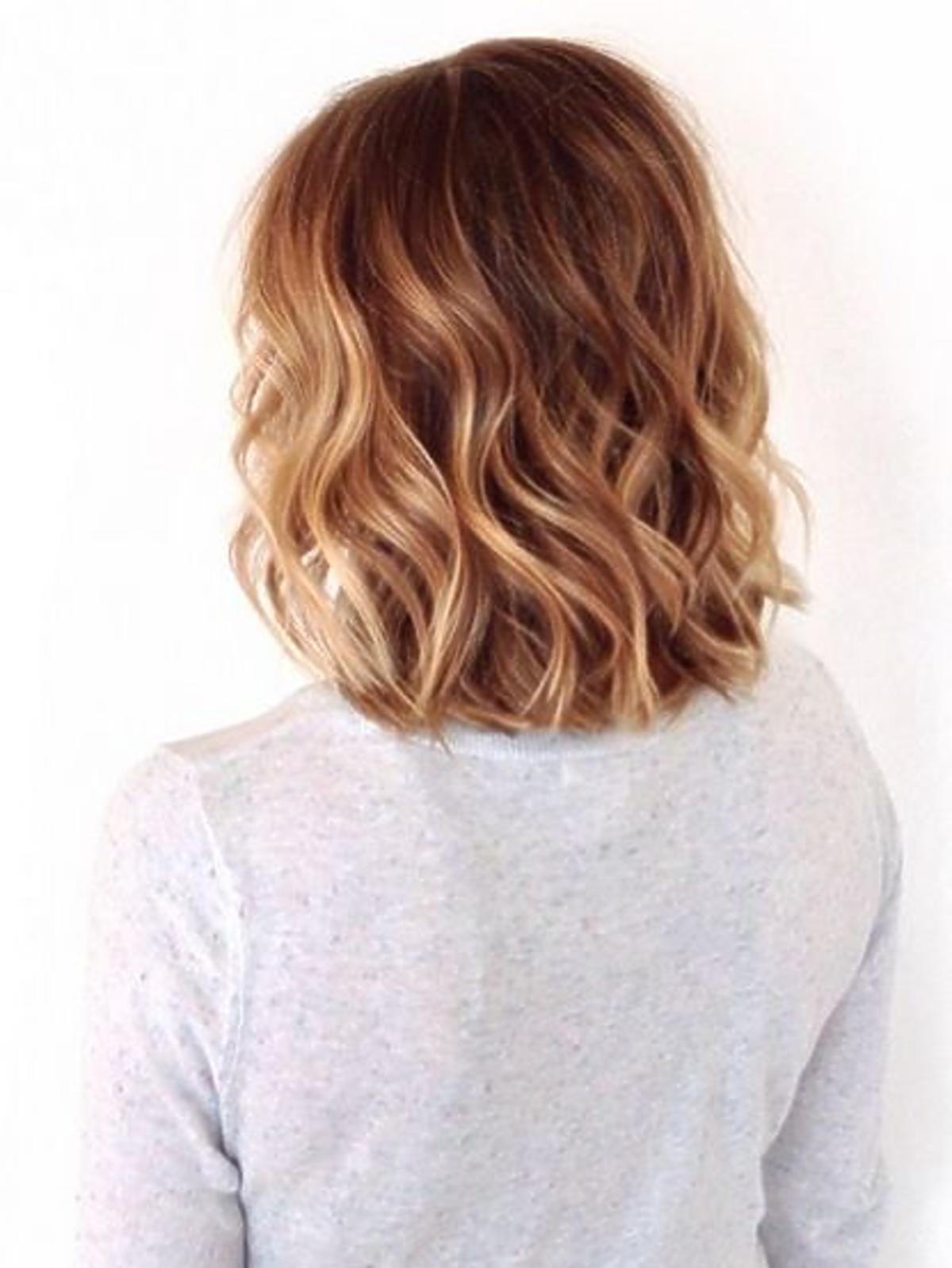 Włosy w kolorze karmelowego blondu
