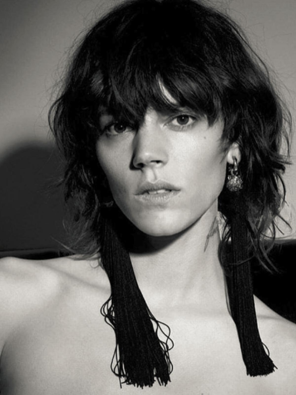 czarno-białe zdjęcie kobiety we fryzurze shaggy hair