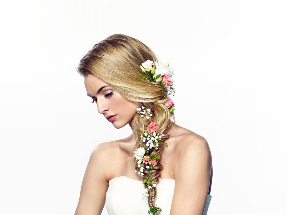 Warkocz z kwiatami na ślub