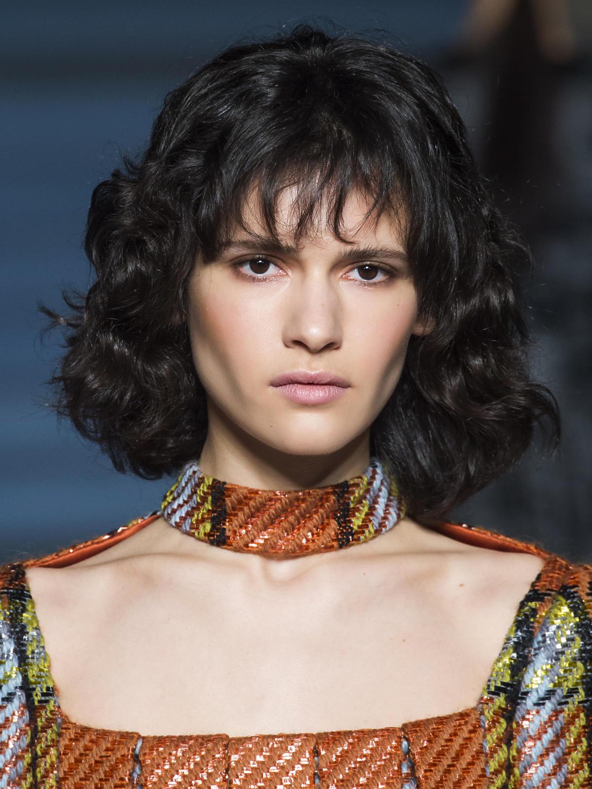 Półdługie włosy Wickstead - trendy we fryzurach na jesień 2015