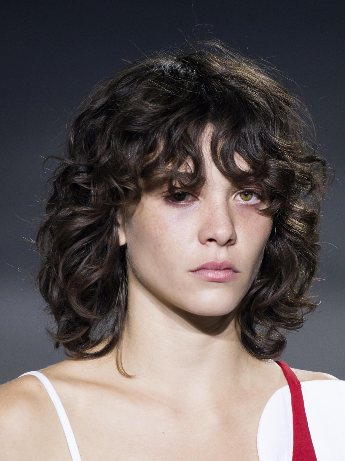Jacquemus, naturalnie pofalowane włosy na wiosnę 2016