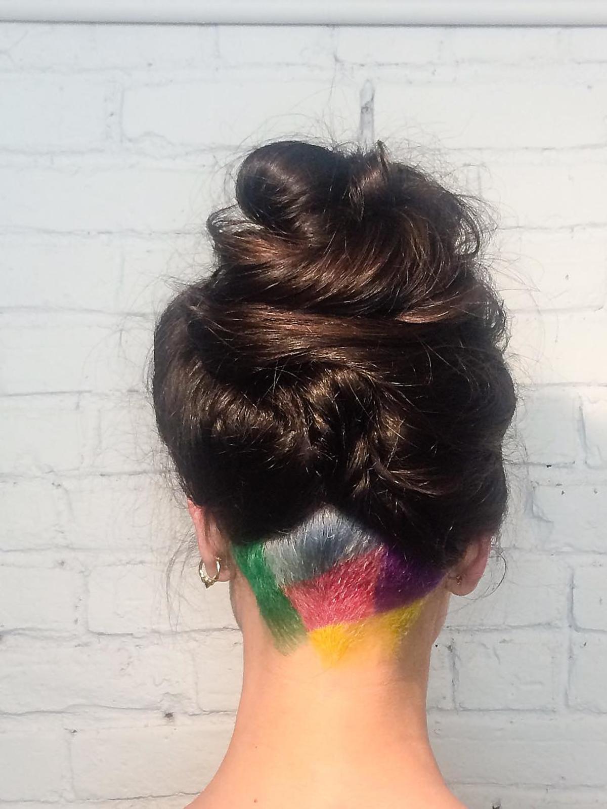 Fryzura kolorowe undercut