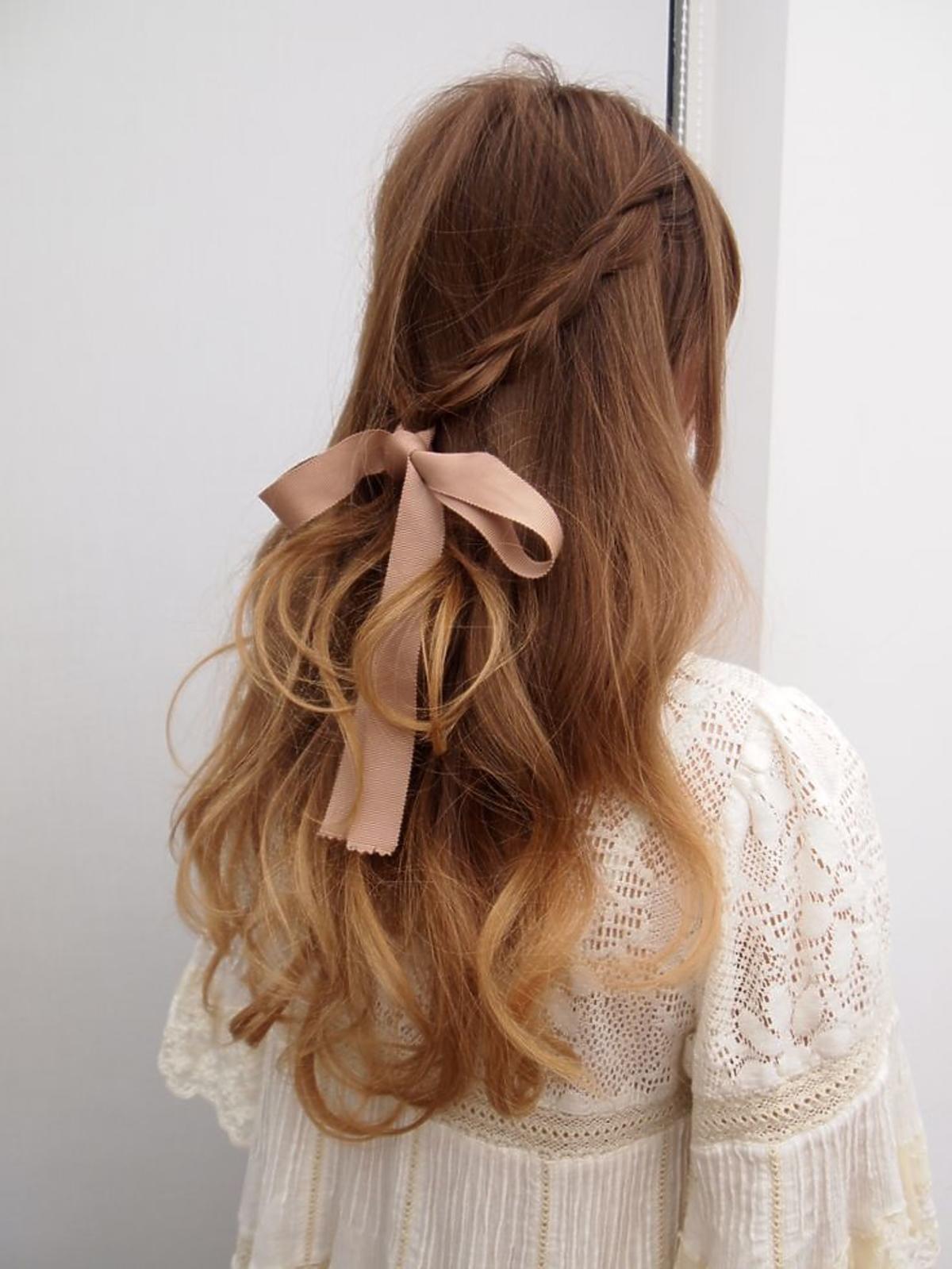 Romantyczne upięcie z długich włosów ze wstążką