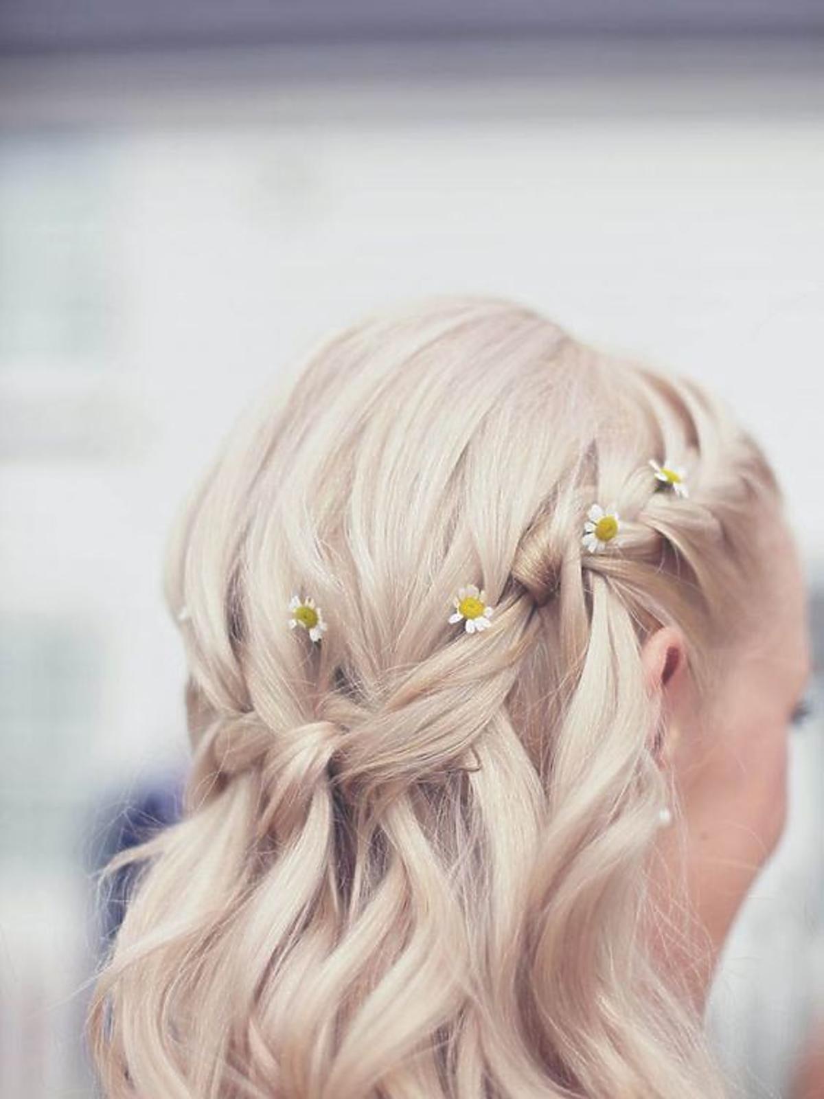 Daisy hair - fryzura ze stokrotkami we włosach
