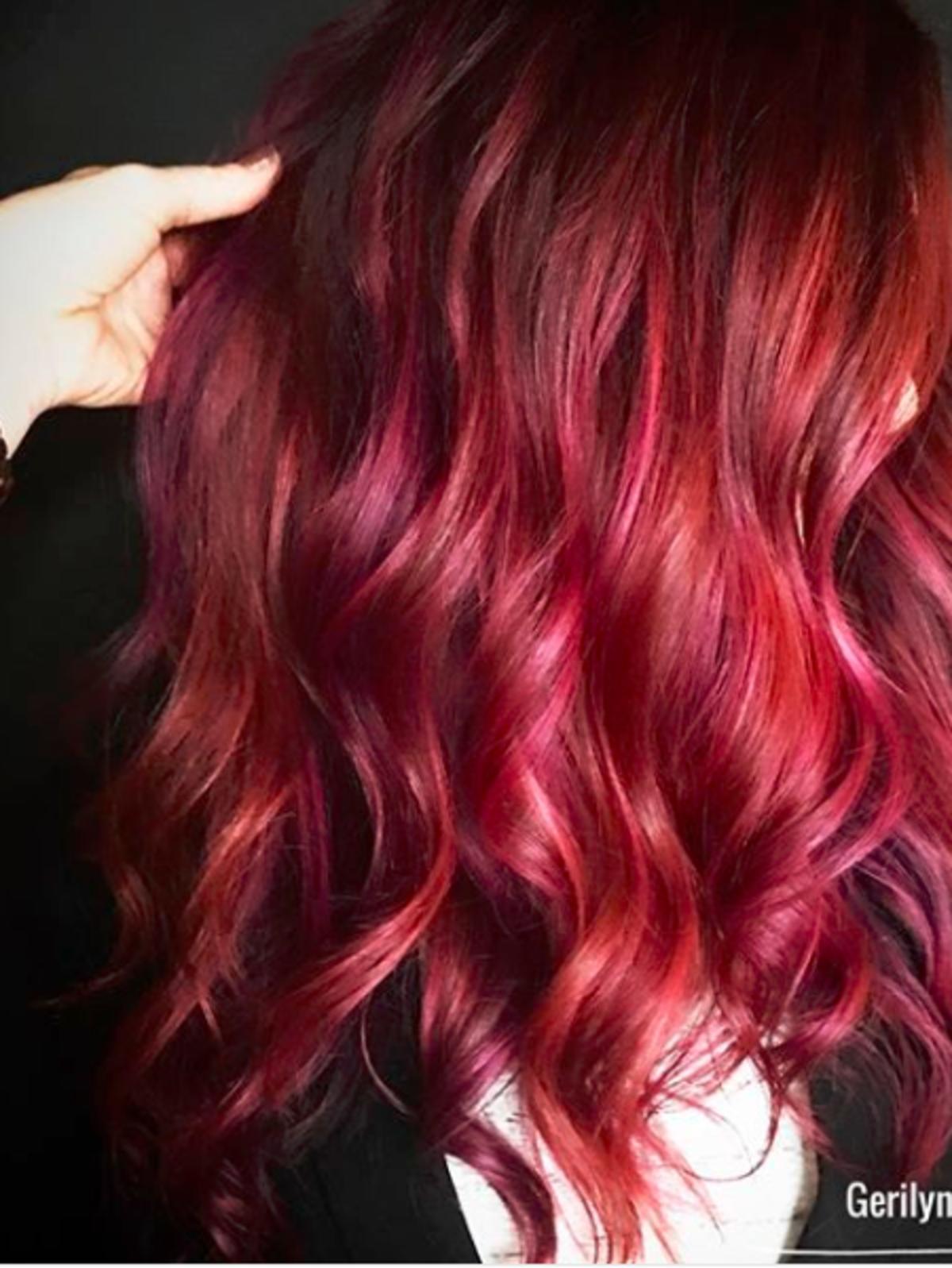 Włosy w kolorze sosu żurawinowego