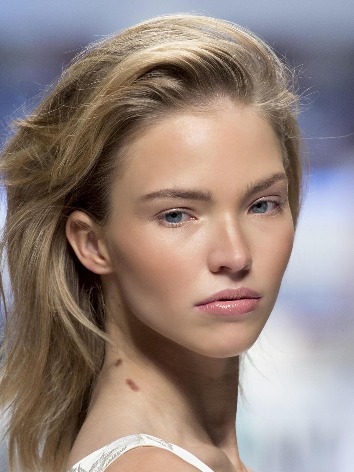 Półdługie włosy Moschino - trendy we fryzurach na jesień 2015