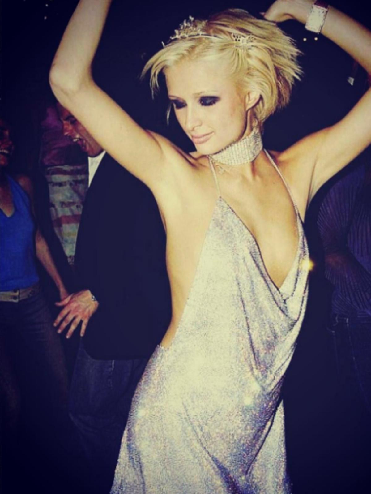 Paris Hilton w krótkich blond włosach