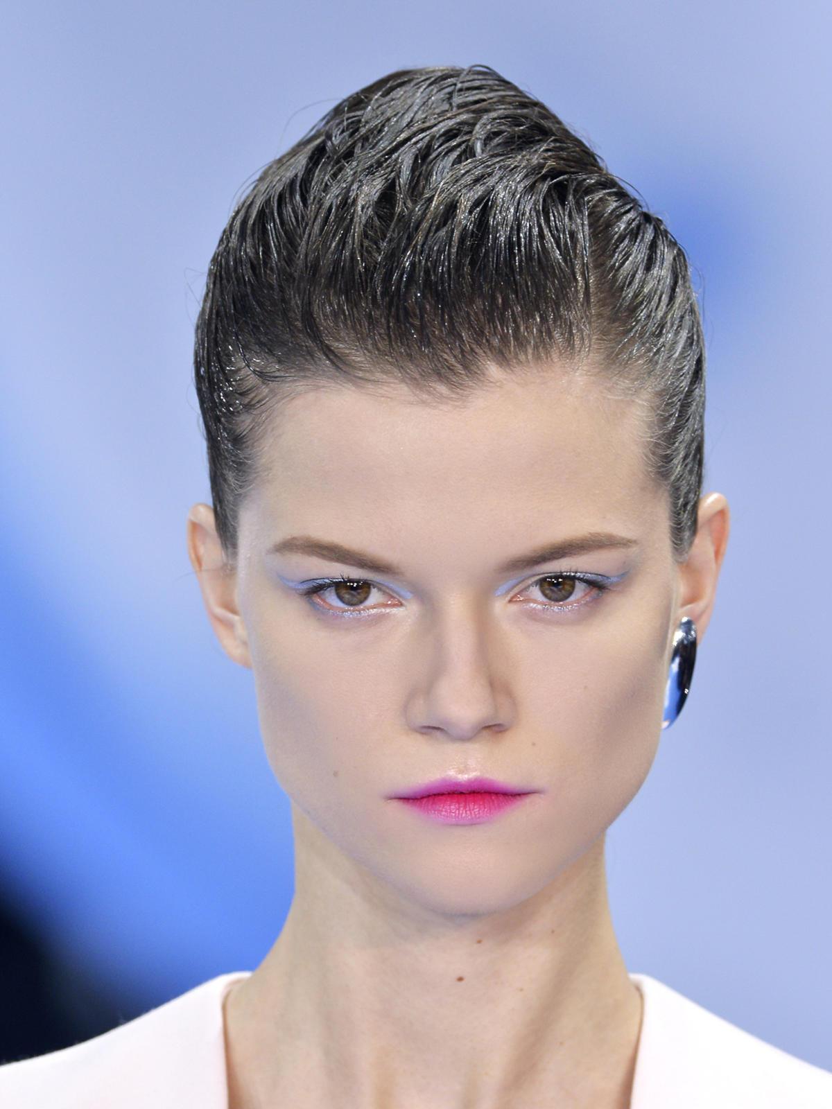 Zaczesane włosy Dior, zima 2013