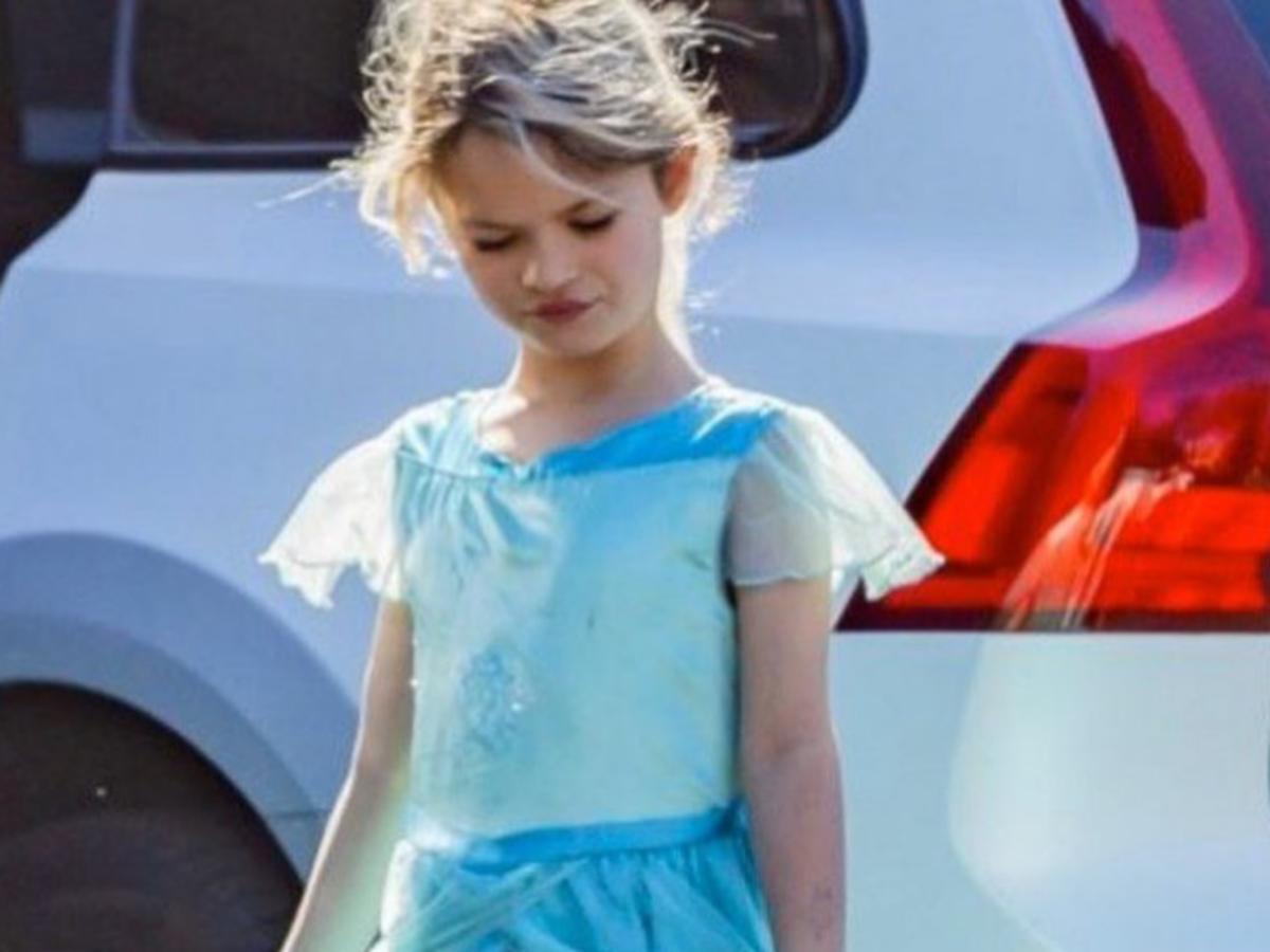 7-letni syn Megan Fox w długiej niebieskiej sukience