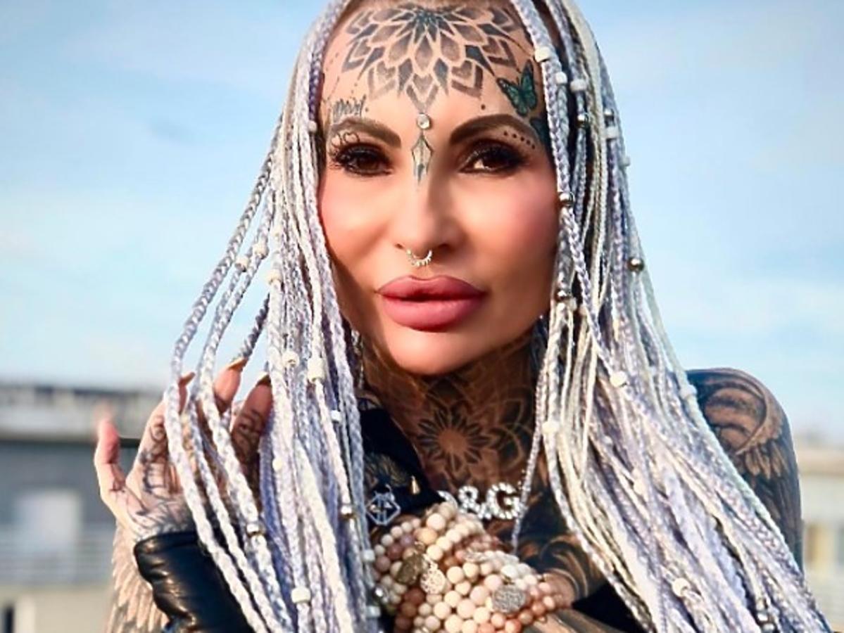 """Adrianna z """"Królowych życia"""" pokazała zdjęcie sprzed lat! Bez wypełniaczy i tatuaży jest nie do poznania"""