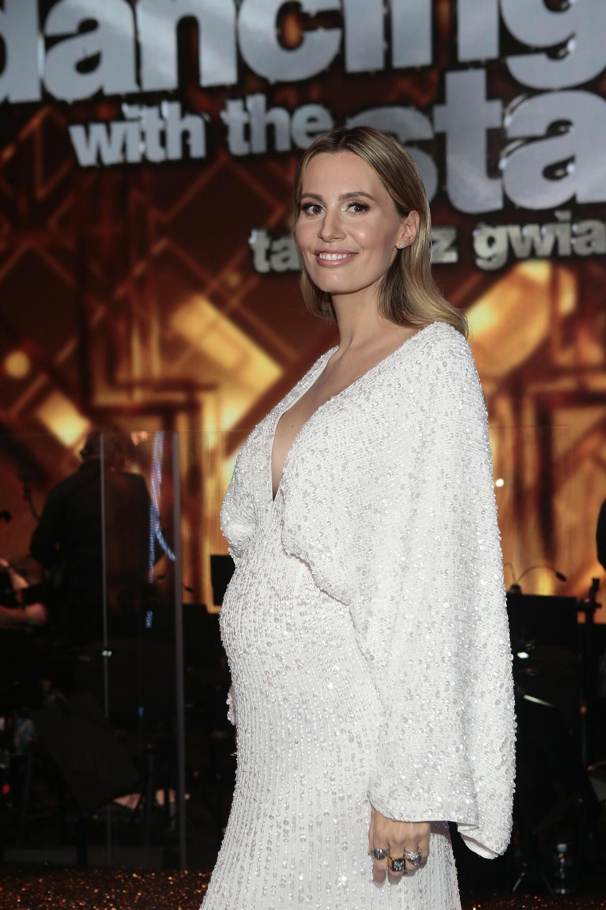 Agnieszka Hyży w białej sukience na planie Tańca z gwiazdami