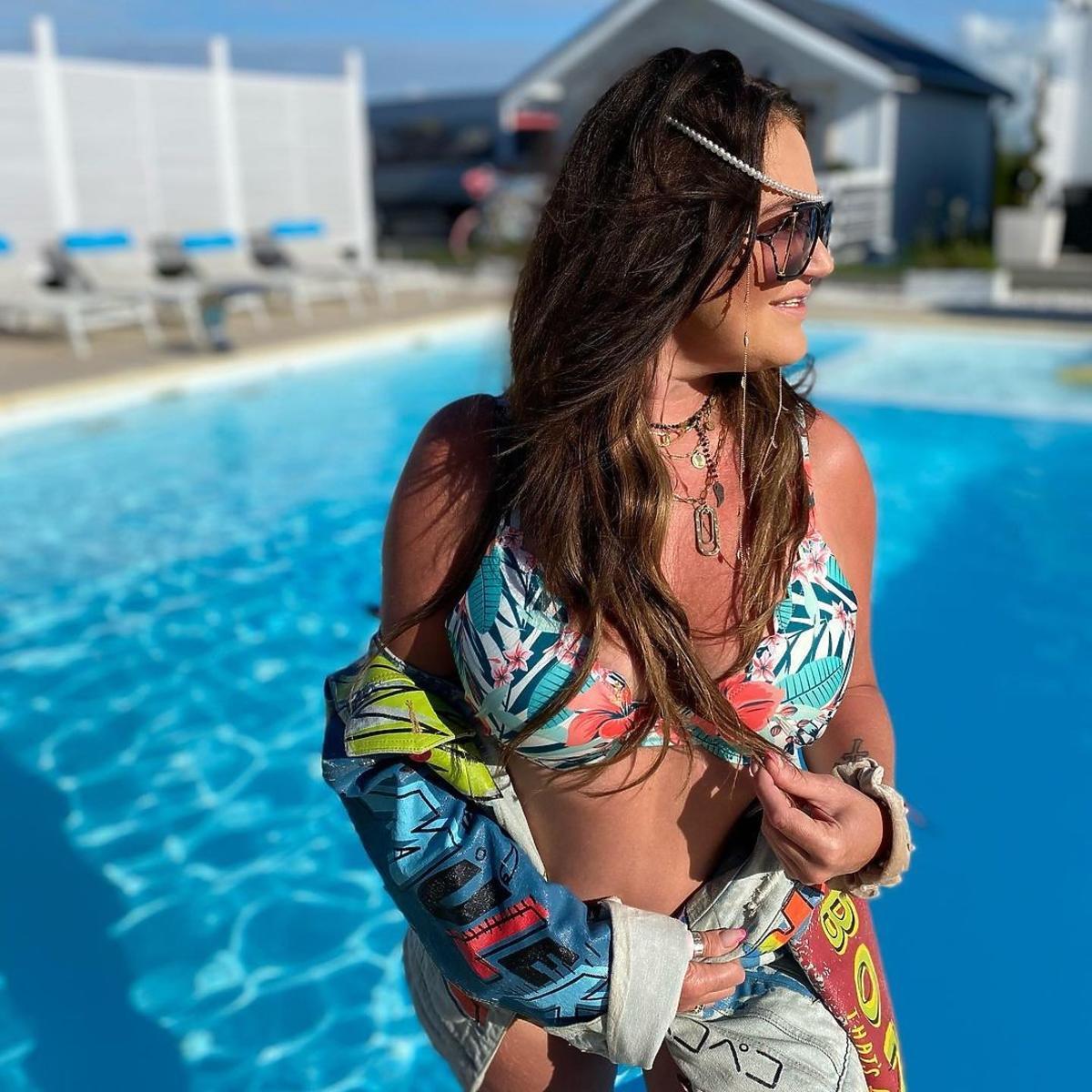 Agnieszka Kotońska eksponuje figurę nad basenem