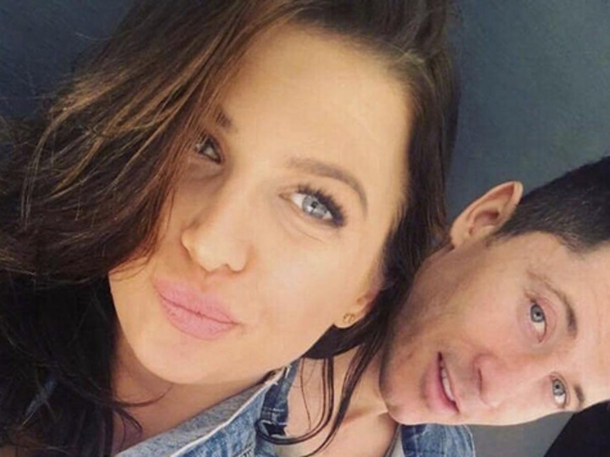 Ania Lewandowska z mężem uśmiechają się i robią sobie selfie