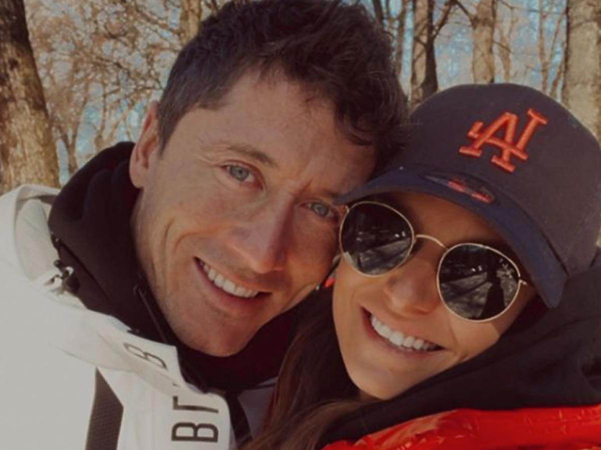 Anna Lewandowska i Robert Lewandowski uśmiechnięci pozują do zdjęcia
