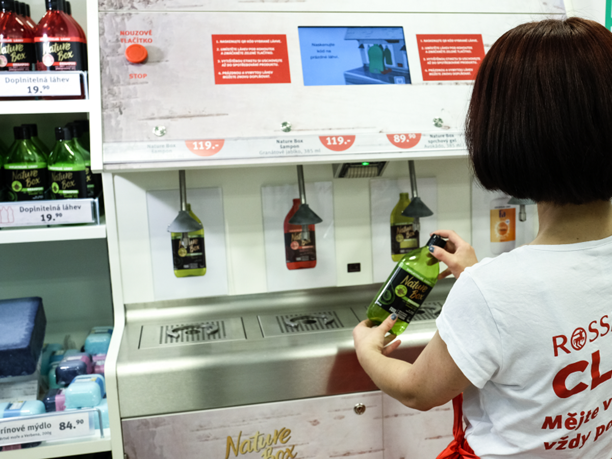 automat z kosmetykami w rossmannie