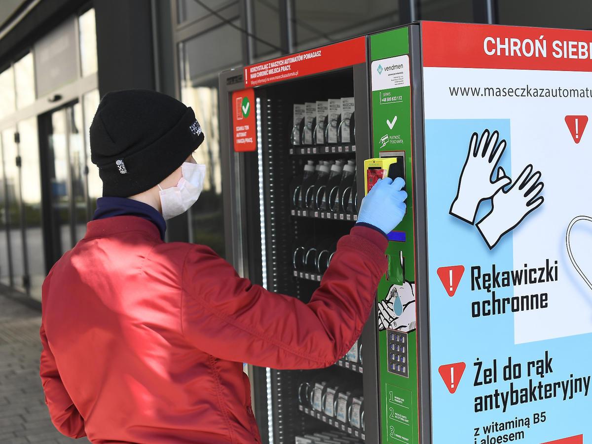 Automaty z maskami i rękawicami ochronnymi