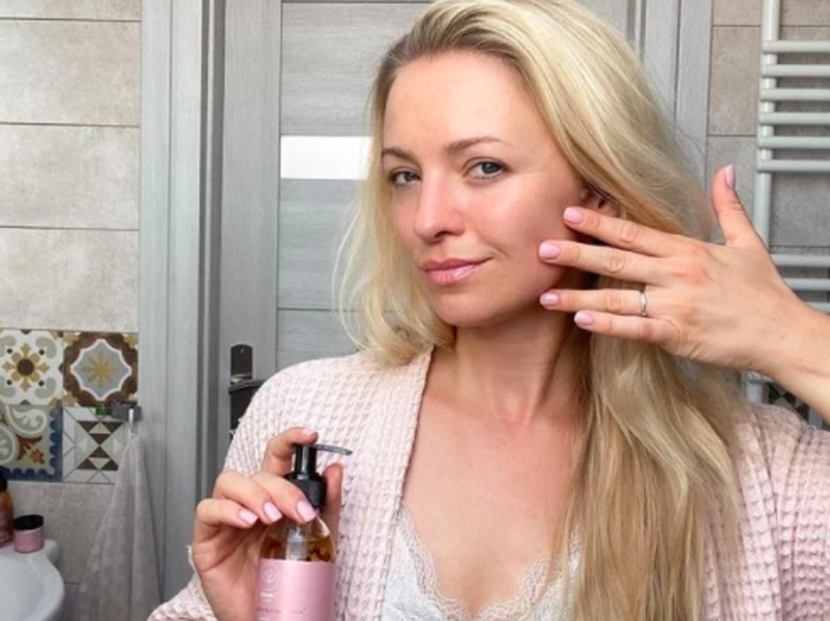 Barbara Kurdej-Szatan zmywa makijaż olejkiem do demakijażu OnlyBio