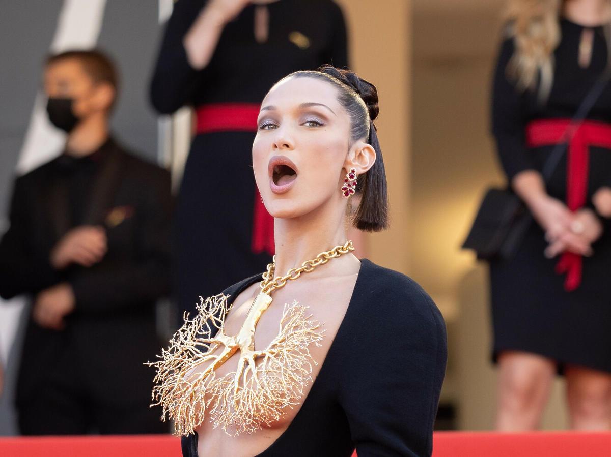 Bella Hadid w kontrowersyjnym naszyjniku zasłaniającym biust podczas Cannes Film Festival
