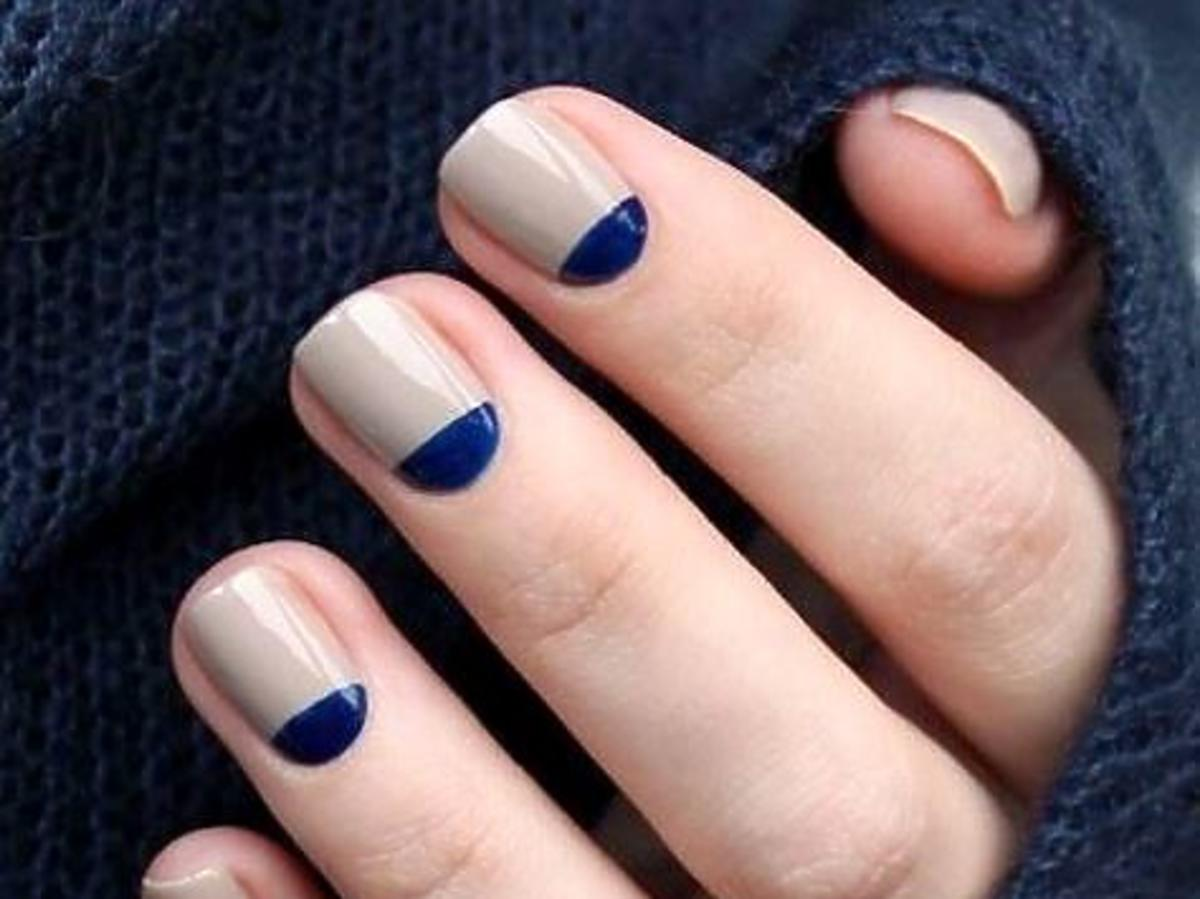beżowo- granatowy manicure