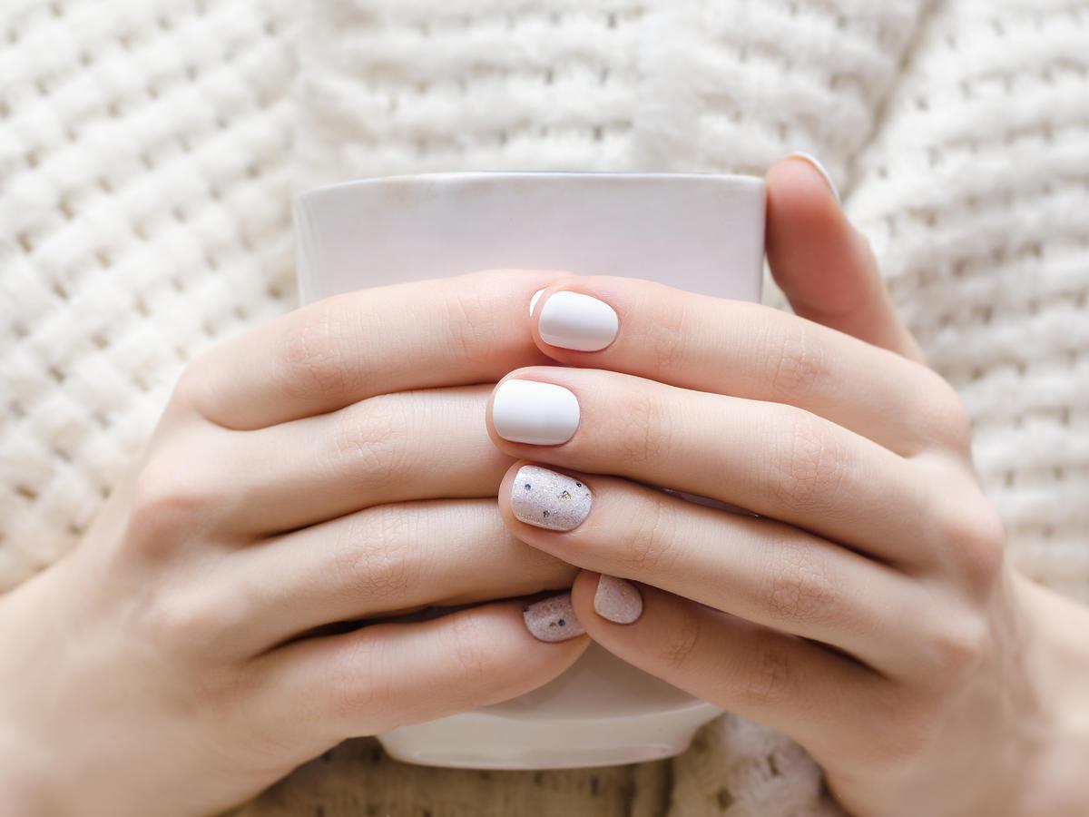 biały manicure na zimę