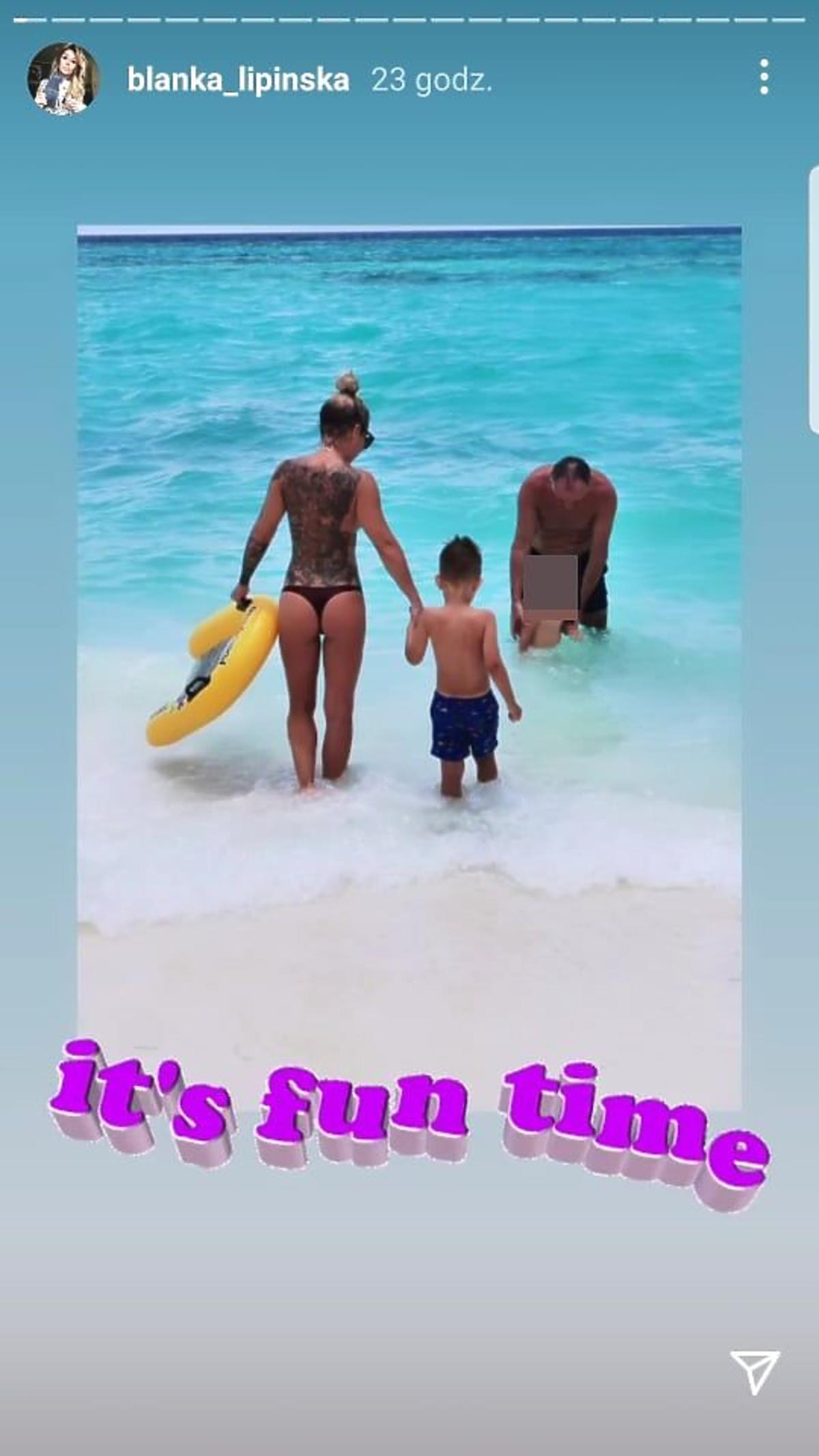 Blanka Lipińska topless przy dziecku na plaży