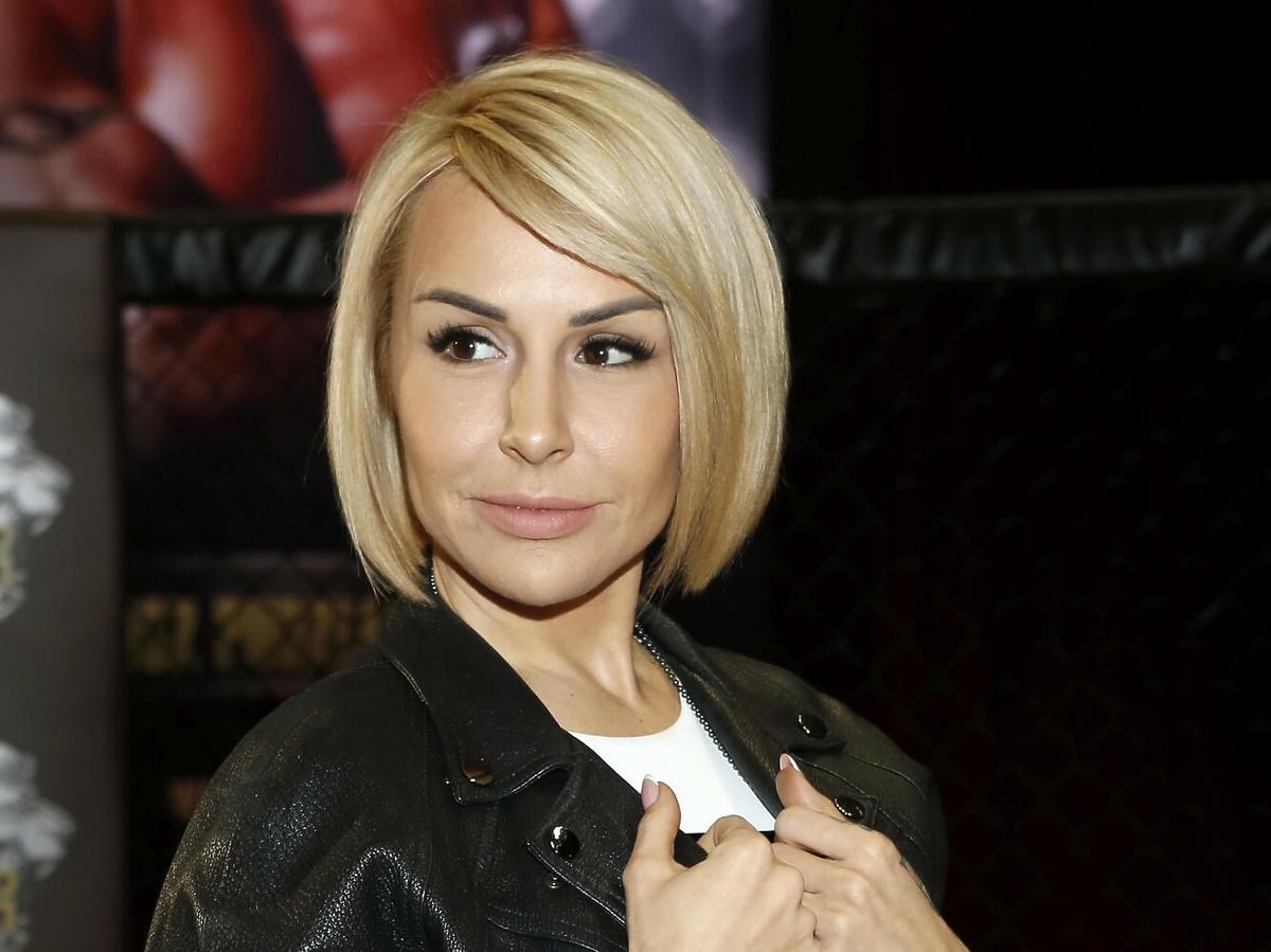 Blanka Lipińska w blond włosach na ściance